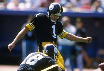 24 Sep 1989:  Kicker Gary Anderson of the Pittsburgh Steelers kicks the ball during a game against the Minnesota Vikings at Three Rivers Stadium in Pittsburgh, Pennsylvania.  The Steelers won the game, 27-14. Mandatory Credit: Rick Stewart  /Allsport