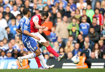LONDON, ENGLAND - OCTOBER 29:  Robin van Persie of Arsenal scores during the Barclays Premier League match between Chelsea and Arsenal at Stamford Bridge on October 29, 2011 in London, England.  (Photo by Ian Walton/Getty Images)