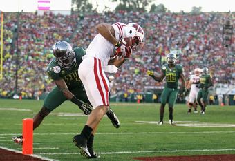 PASADENA, CA - JANUARY 02:  Wide receiver Nick Toon #1 of the Wisconsin Badgers catches an 18-yard touchdown against Ifo Ekpre-Olomu #14 of the Oregon Ducks in the third quarter at the 98th Rose Bowl Game on January 2, 2012 in Pasadena, California.  (Phot