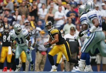 IRVING, TX - OCTOBER 17:  Wide reciever Hines Ward #86 of the Pittsburgh Steelers carries the ball during the game with the Dallas Cowboys at Texas Stadium on October 17, 2004 in Irving, Texas. The Steelers defeated the Cowboys 24-20.  (Photo by Harry How