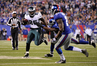 EAST RUTHERFORD, NJ - NOVEMBER 20:  LeSean McCoy #25 of the Philadelphia Eagles runs with the ball against the New York Giants at MetLife Stadium on November 20, 2011 in East Rutherford, New Jersey.  (Photo by Patrick McDermott/Getty Images)