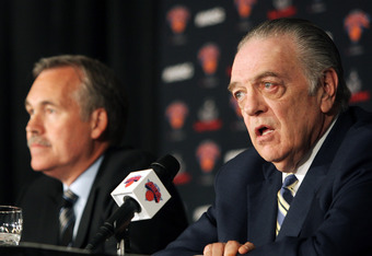 NEW YORK - MAY 13: team president Donnie Walsh (R) speaks to the media as New head coach of the New York Knicks Mike D'Antoni (L)  looks on during a press conference on May 13, 2008 at Madison Square Garden in New York City. NOTE TO USER: User expressly a
