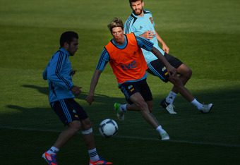 GNIEWINO, POLAND - JUNE 12:  Fernando Torres (C) of Spain eyes the ball in between his teammates Jordi Alba (L) and Gerard Pique in a training session during the UEFA EURO 2012 championship on June 12, 2012 in Gniewino, Poland.  (Photo by Jasper Juinen/Ge