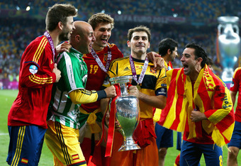 KIEV, UKRAINE - JULY 01:  (L-R) Gerard Pique, Pepe Reina, Fernando Llorente, Iker Casillas and Xavi Hernandez of Spain celebrate with the trophy following victory in the UEFA EURO 2012 final match between Spain and Italy at the Olympic Stadium on July 1,