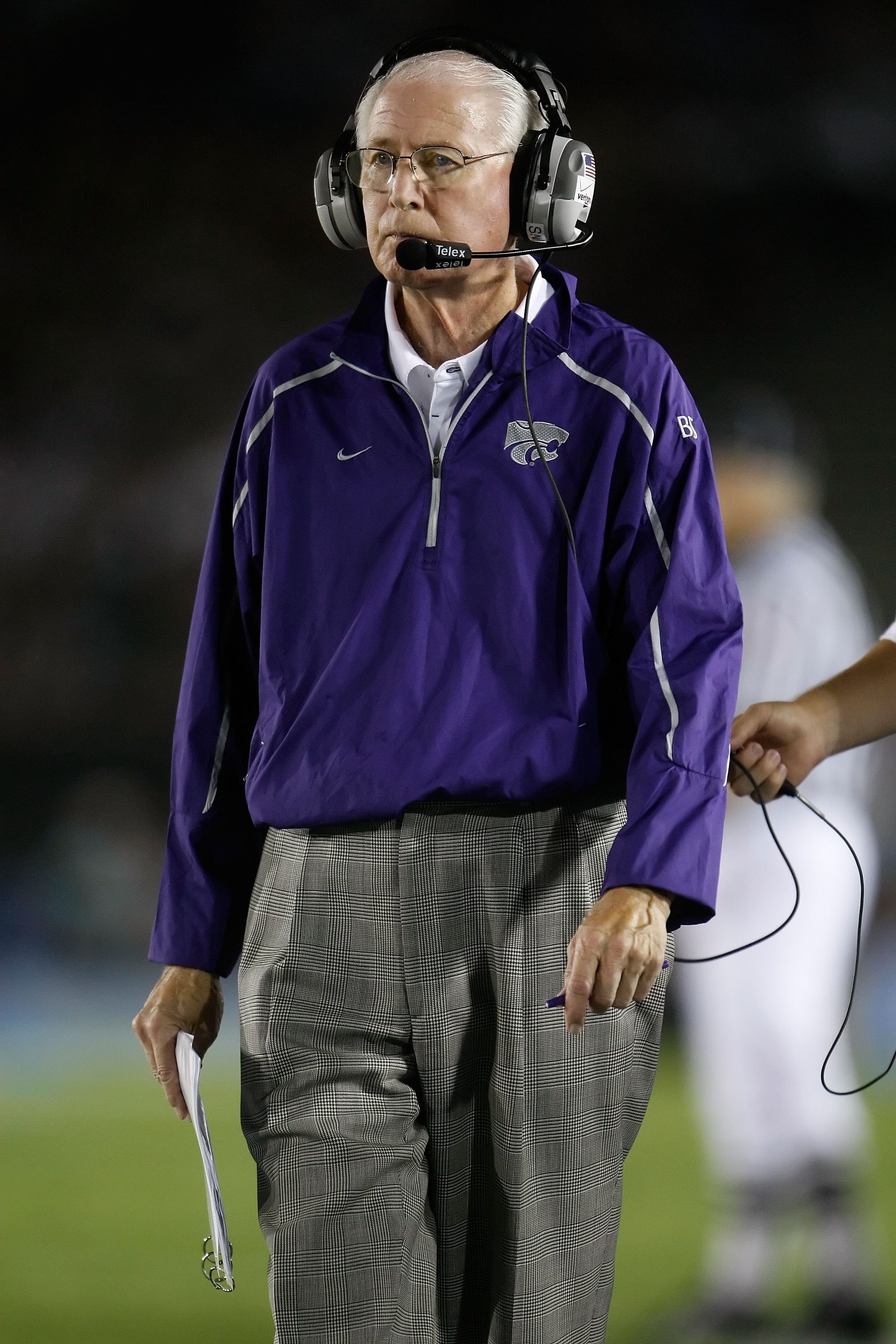 PASADENA, CA - SEPTEMBER 19:  Kansas State Wildcats head coach Bill Snyder looks on against the UCLA Bruins at the Rose Bowl on September 19, 2009 in Pasadena, California. UCLA defeated Kansas State 23-9.  (Photo by Jeff Gross/Getty Images)