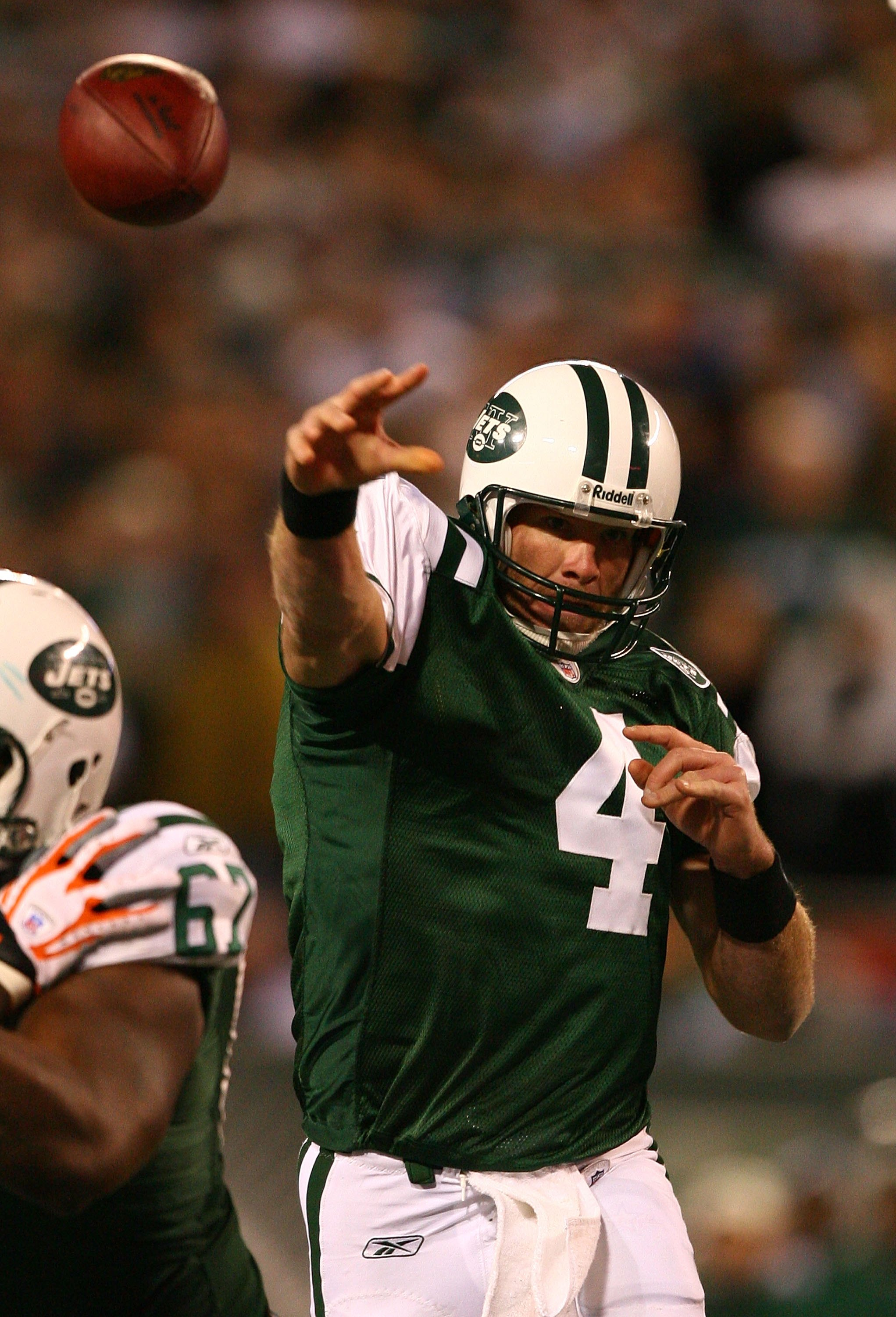 EAST RUTHERFORD, NJ - DECEMBER 28:  Brett Favre #4 of The New York Jets passes the ball against The Miami Dolphins during their game on December 28, 2008 at Giants Stadium in East Rutherford, New Jersey.  (Photo by Al Bello/Getty Images)