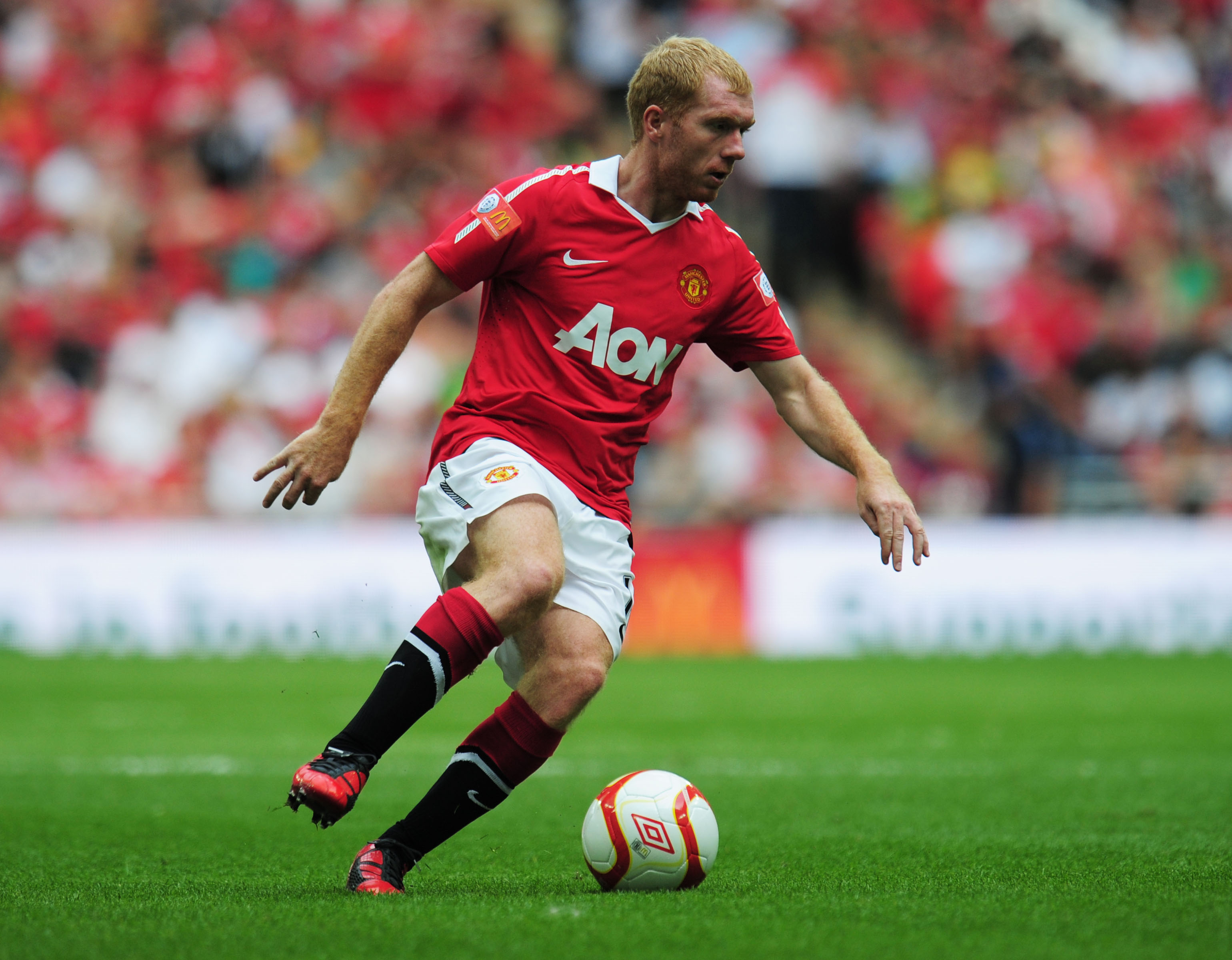 LONDON, ENGLAND - AUGUST 08:  Paul Scholes of Manchester United controls the ball during the FA Community Shield match between Chelsea and Manchester United at Wembley Stadium on August 8, 2010 in London, England.  (Photo by Shaun Botterill/Getty Images)