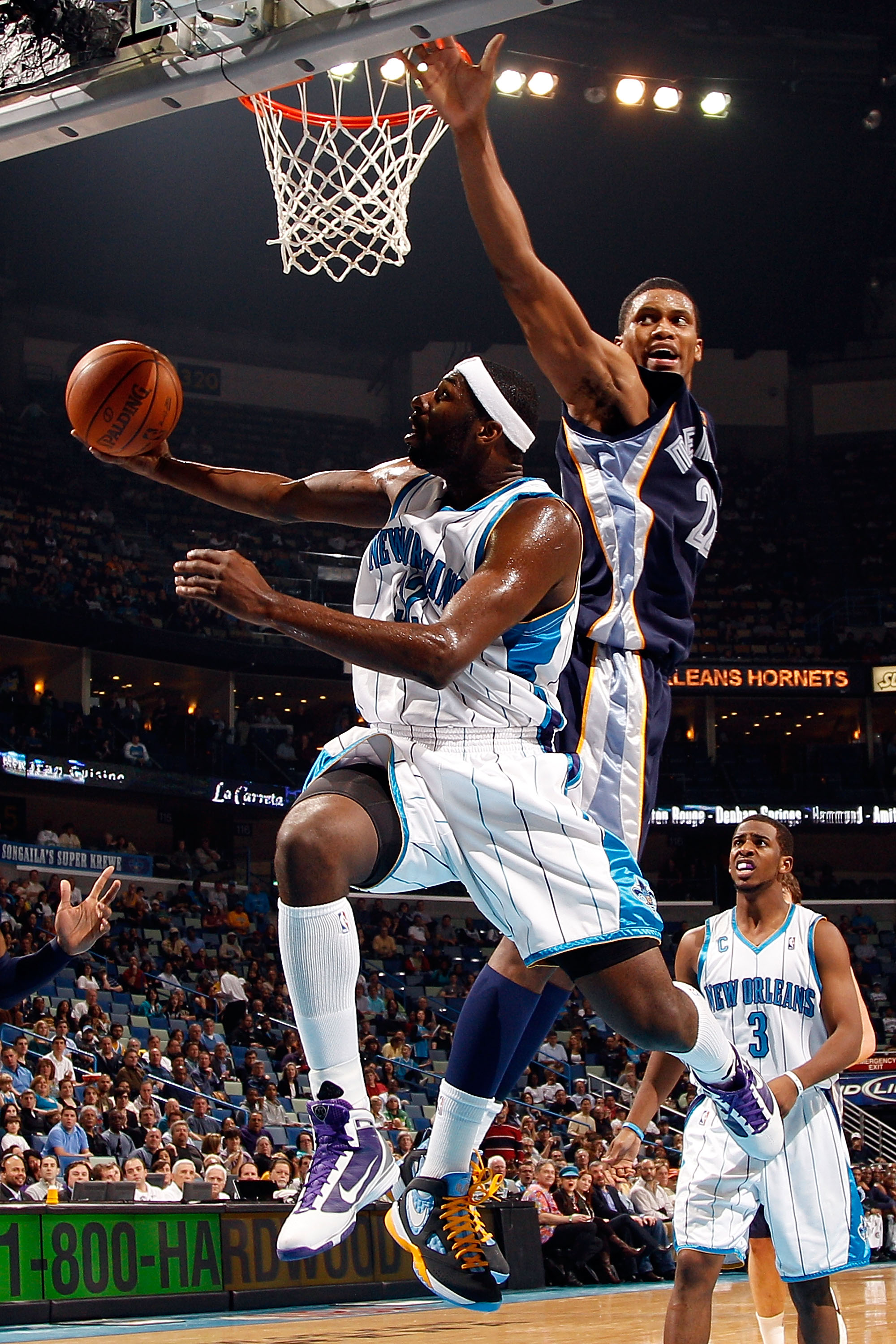 NEW ORLEANS - JANUARY 20:  Julian Wright #32 of the New Orleans Hornets goes up for a shot against Rudy Gay #22 of the Memphis Grizzlies at the New Orleans Arena on January 20, 2010 in New Orleans, Louisiana.  NOTE TO USER: User expressly acknowledges and