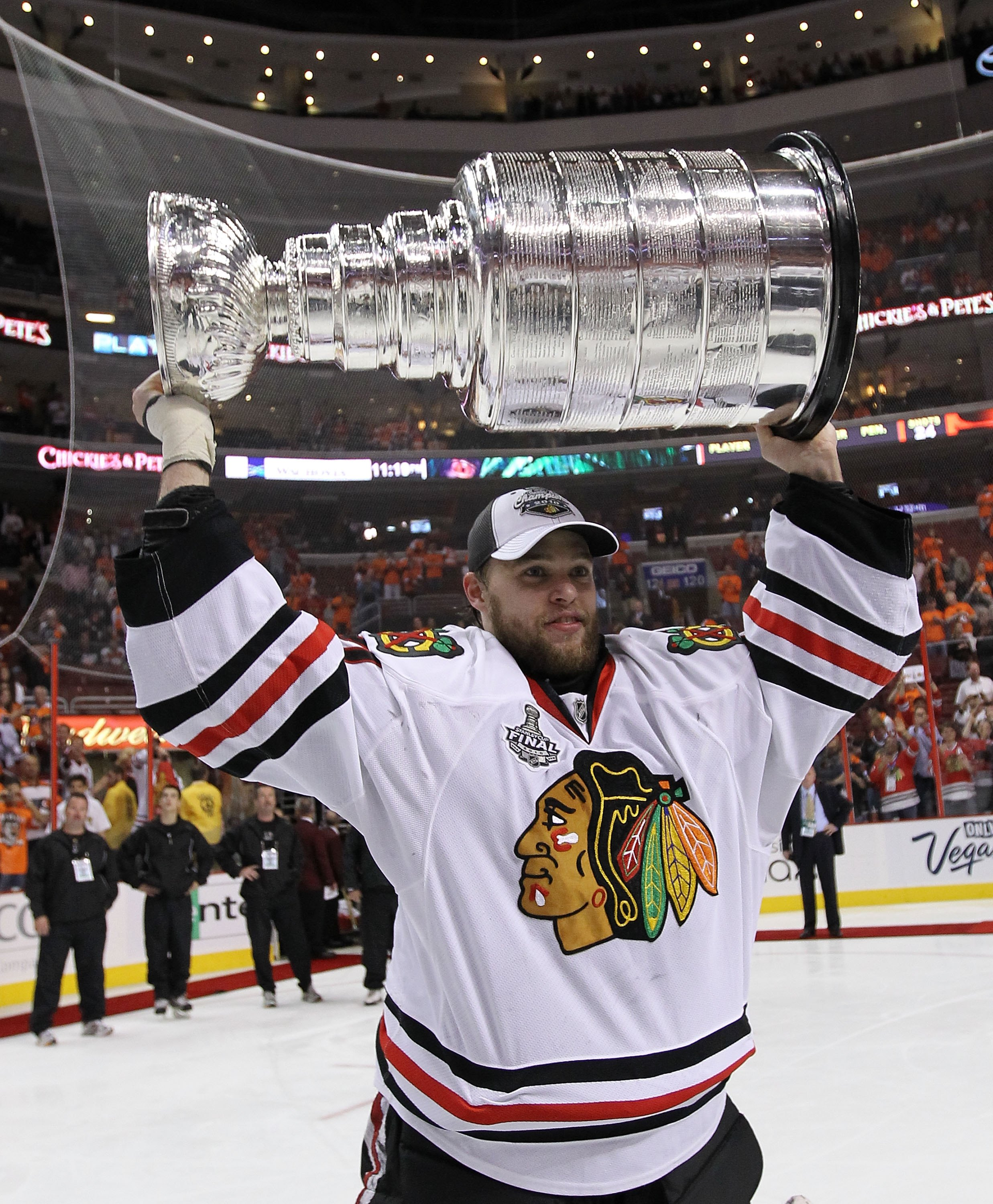 Antti Niemi holds Stanley Cup.