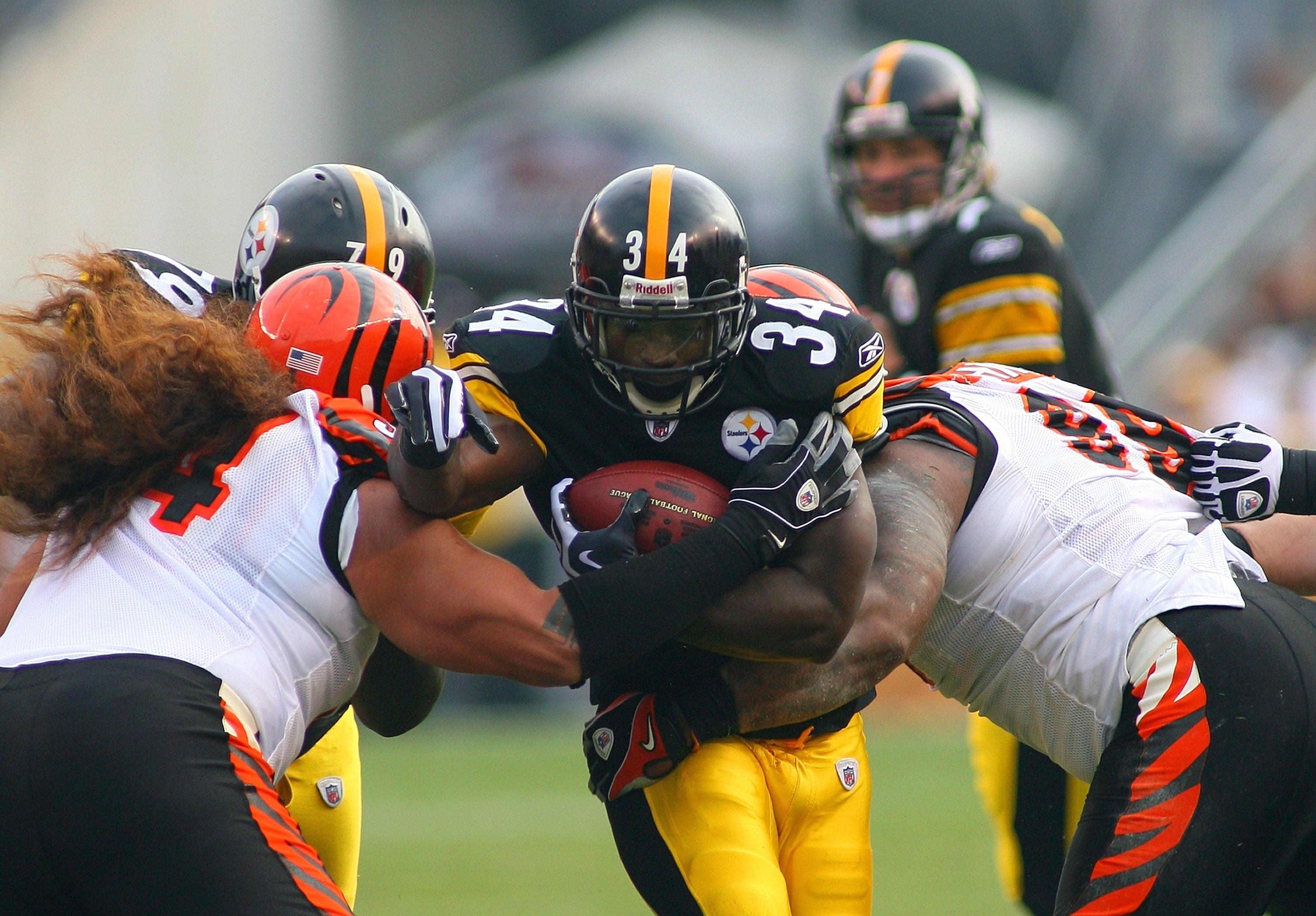 4768c5df6 PITTSBURGH - NOVEMBER 15  Rashard Mendenhall  34 of the Pittsburgh Steelers  runs with the