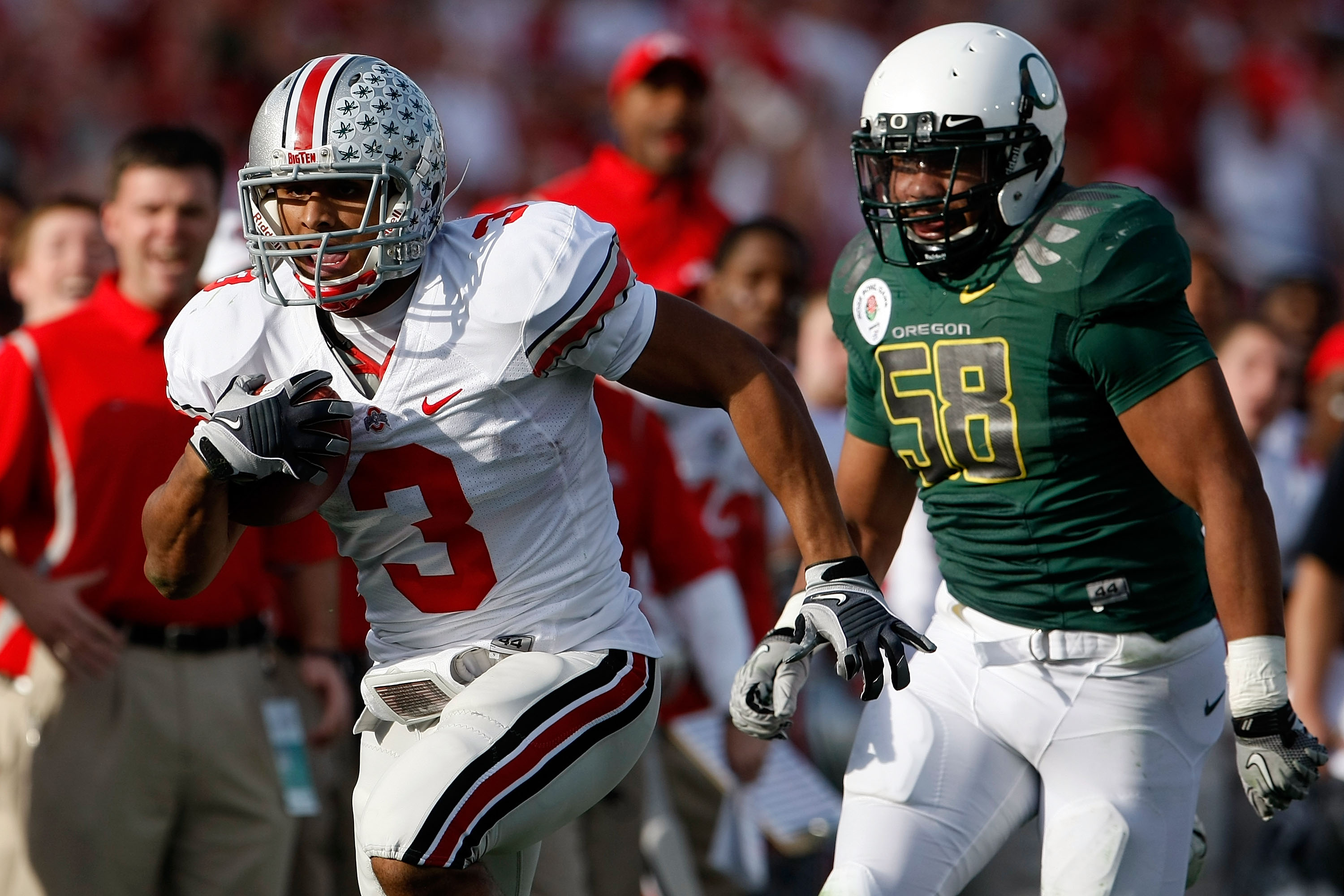 PASADENA, CA - JANUARY 01:  Running back Brandon Saine #3 of the Ohio State Buckeyes runs with the ball making a 46-yard catch against the Oregon Ducks at the 96th Rose Bowl game on January 1, 2010 in Pasadena, California.  (Photo by Jeff Gross/Getty Imag