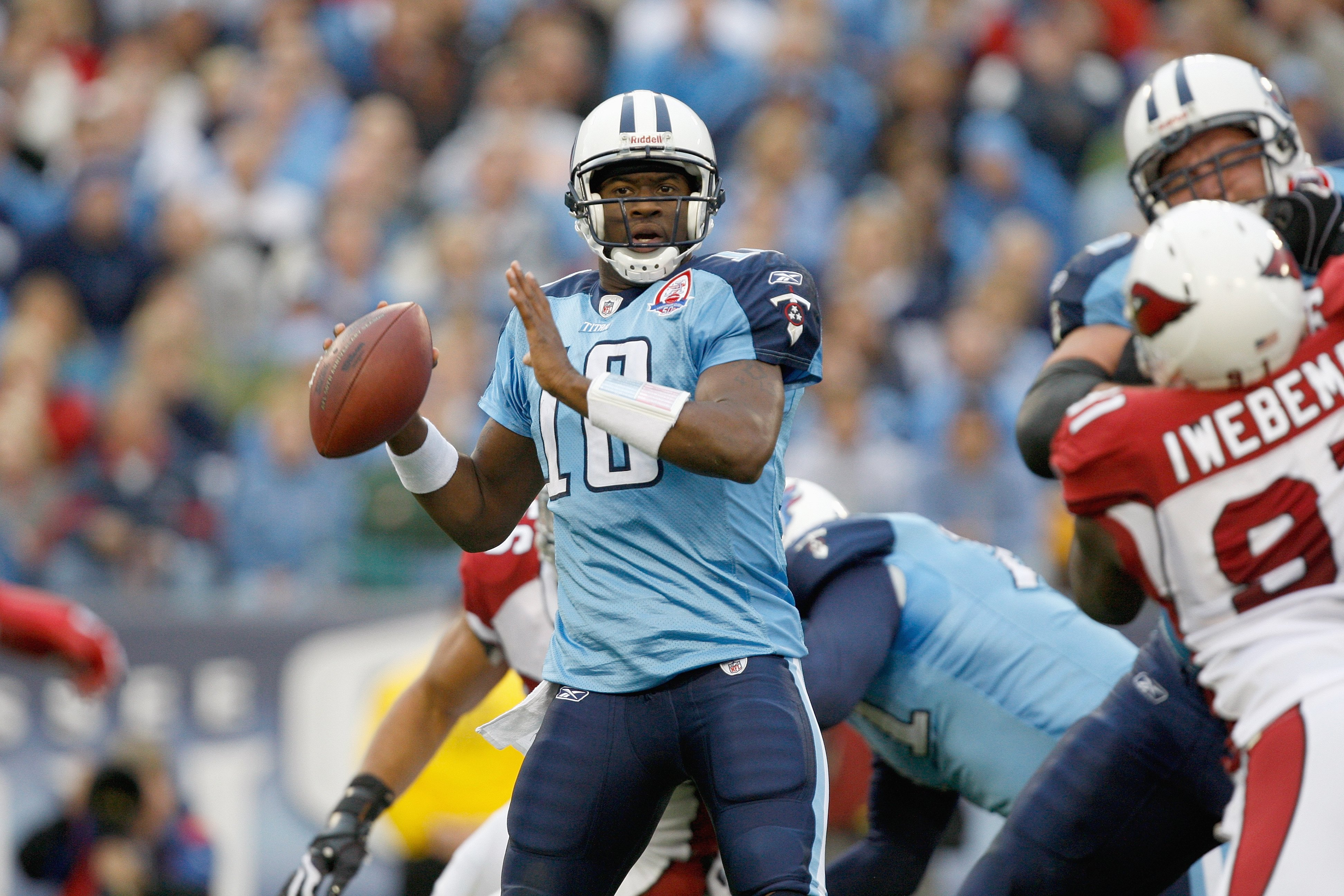 NASHVILLE, TN - NOVEMBER 29:  Vince Young #10 of the Tennessee Titans passes the ball during the game against the Arizona Cardinals at LP Field on November 29, 2009 in Nashville, Tennessee. The Titans defeated the Cardinals 20-17. (Photo by Streeter Lecka