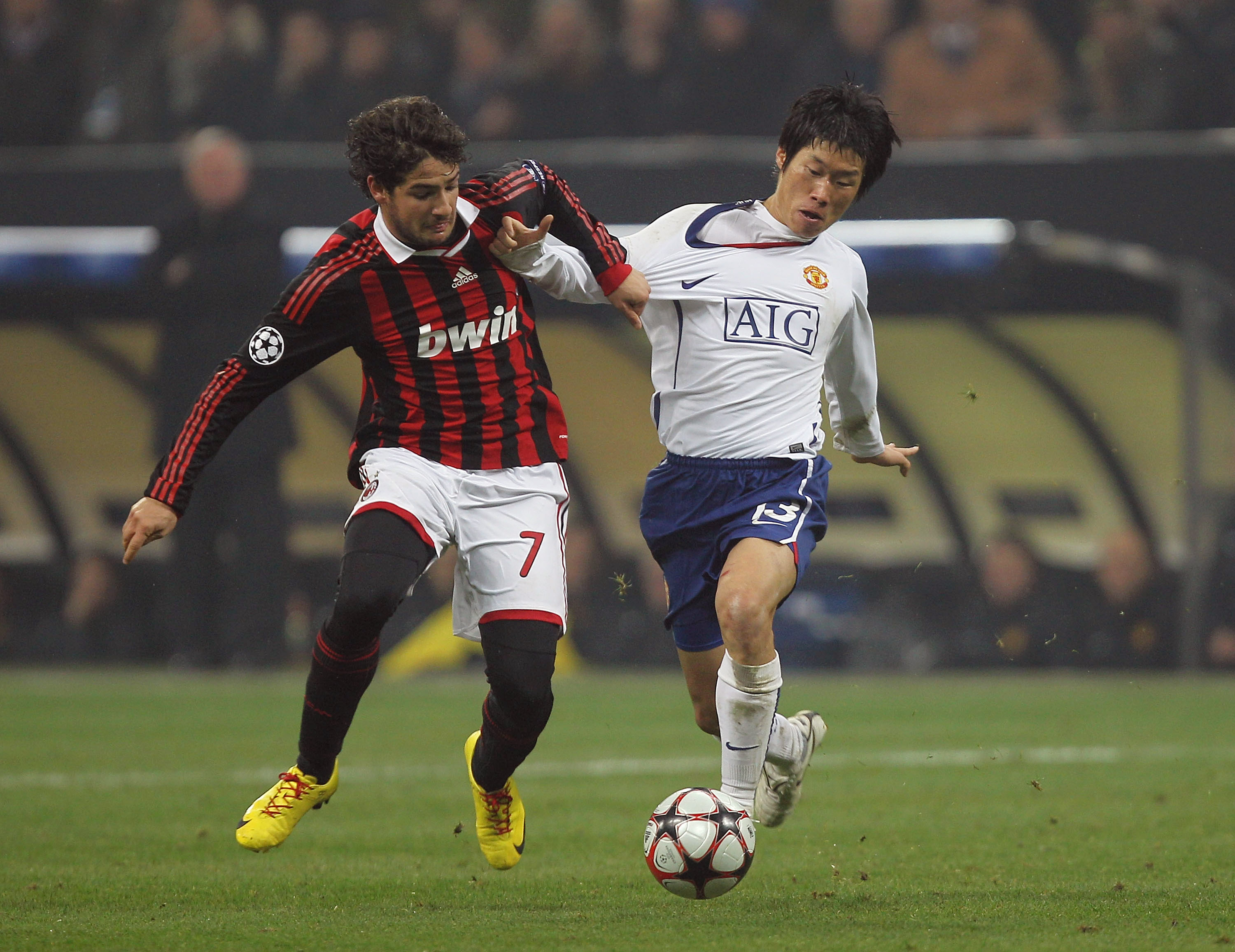 MILAN, ITALY - FEBRUARY 16:  Ji-Sung Park (R) of Manchester United contests with Pato of AC Milan during the UEFA Champions League round of 16 first leg match between AC Milan and Manchester United at Stadio Giuseppe Meazza on February 16, 2010 in Milan,