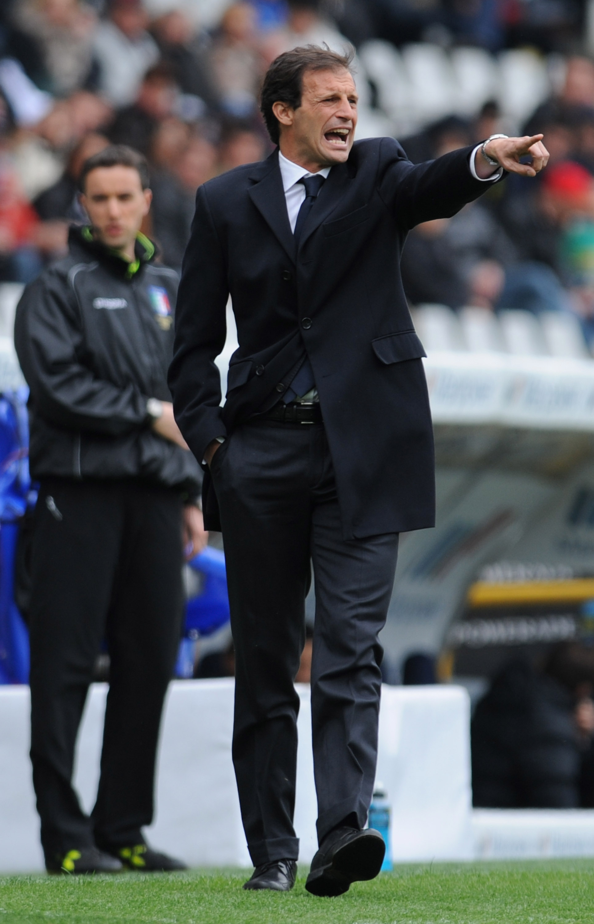 TURIN, ITALY - APRIL 11:  Cagliari Calcio head coach Massimiliano Allegri issues instructions during the Serie A match between Juventus FC and Cagliari Calcio at Stadio Olimpico on April 11, 2010 in Turin, Italy.  (Photo by Valerio Pennicino/Getty Images)