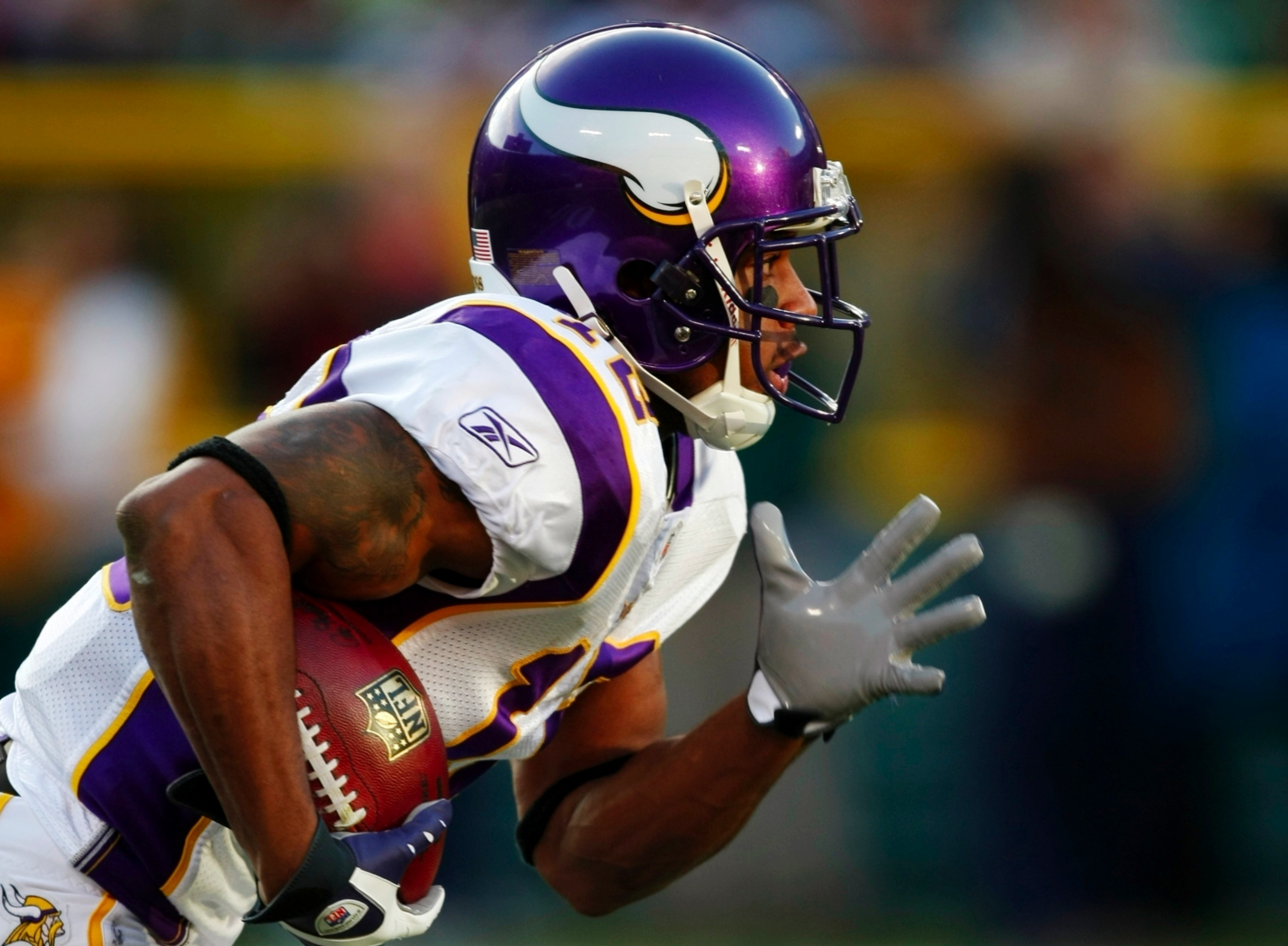 GREEN BAY, WI - NOVEMBER 01: Wide receiver Percy Harvin #12 of the Minnesota Vikings runs with the ball during the first quarter of the game against the Green Bay Packers at Lambeau Field on November 1, 2009 in Green Bay, Wisconsin. (Photo by Scott Boehm/