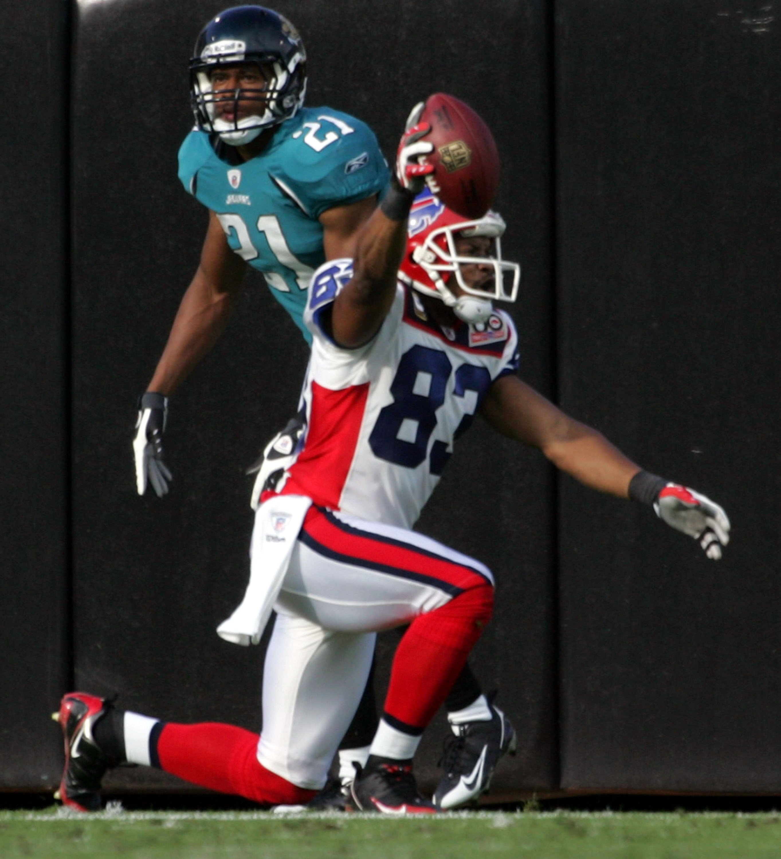 JACKSONVILLE, FL - NOVEMBER 22:  Reciever Lee Evans #83 of the Buffalo Bills celebrates a touchdown against the Jacksonville Jaguars at Jacksonville Municipal Stadium on November 22, 2009 in Jacksonville, Florida.  (Photo by Marc Serota/Getty Images)