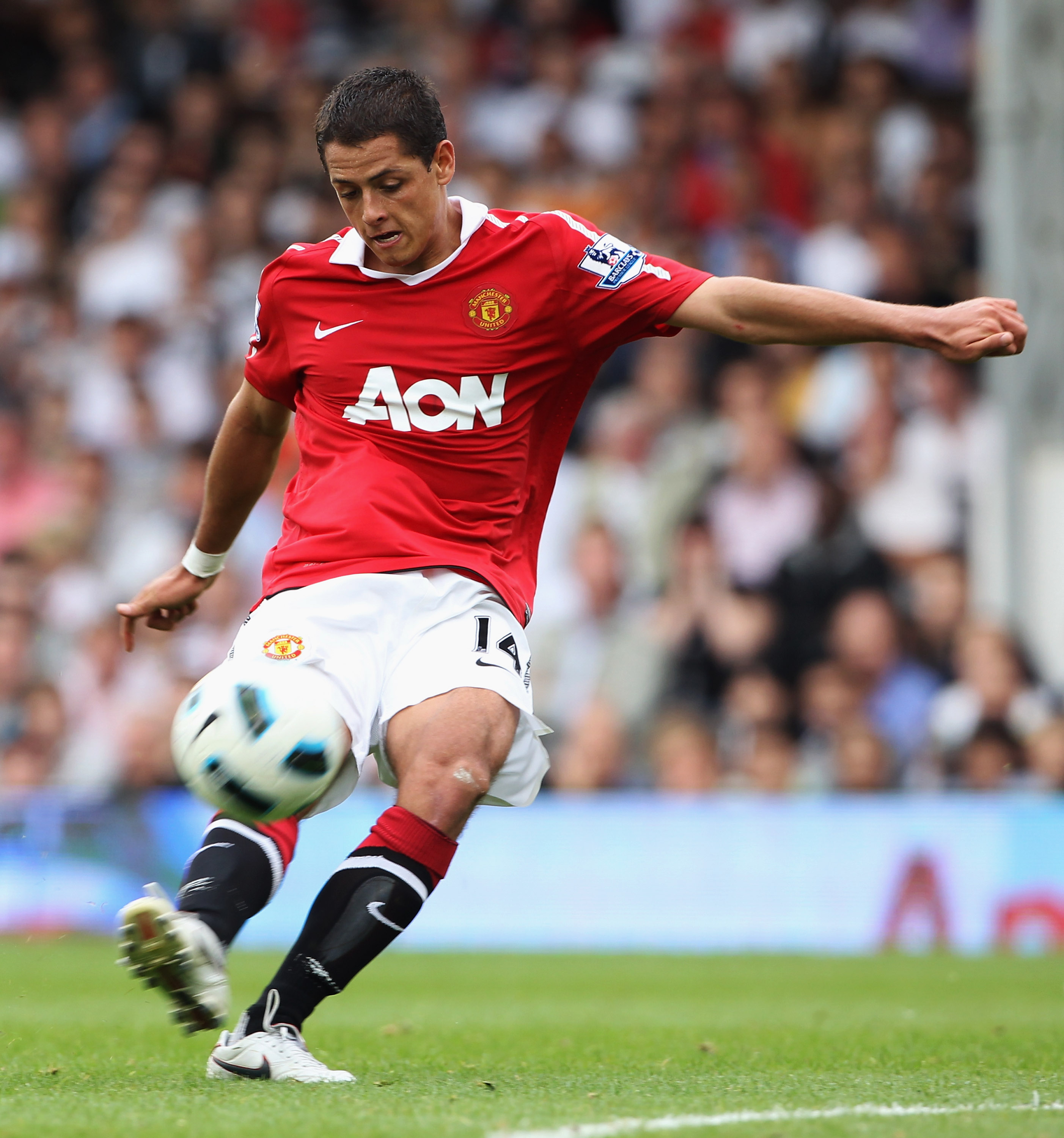 LONDON, ENGLAND - AUGUST 22:  Javier Hernández of Manchester United in action during the Barclays Premier League match between Fulham and Manchester United at Craven Cottage on August 22, 2010 in London, England.  (Photo by Phil Cole/Getty Images)