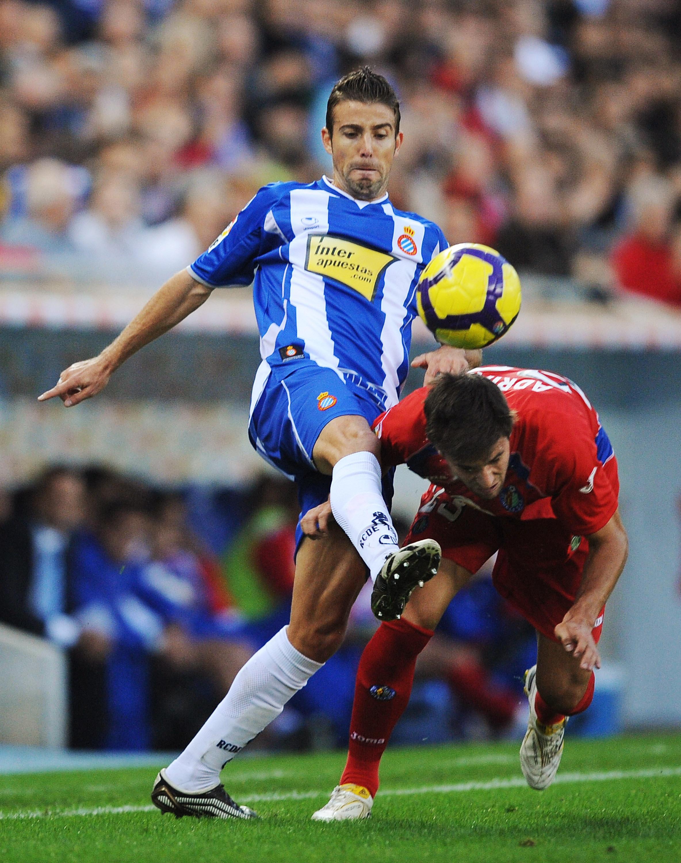 BARCELONA, SPAIN - NOVEMBER 22: Luis Garcia (L) of Espanyol clashes with Adrian Gonzalez of Getafe during the La Liga match between Espanyol and Getafe at Cornella-El Prat stadium on November 22, 2009 in Barcelona, Spain.  (Photo by Denis Doyle/Getty Imag