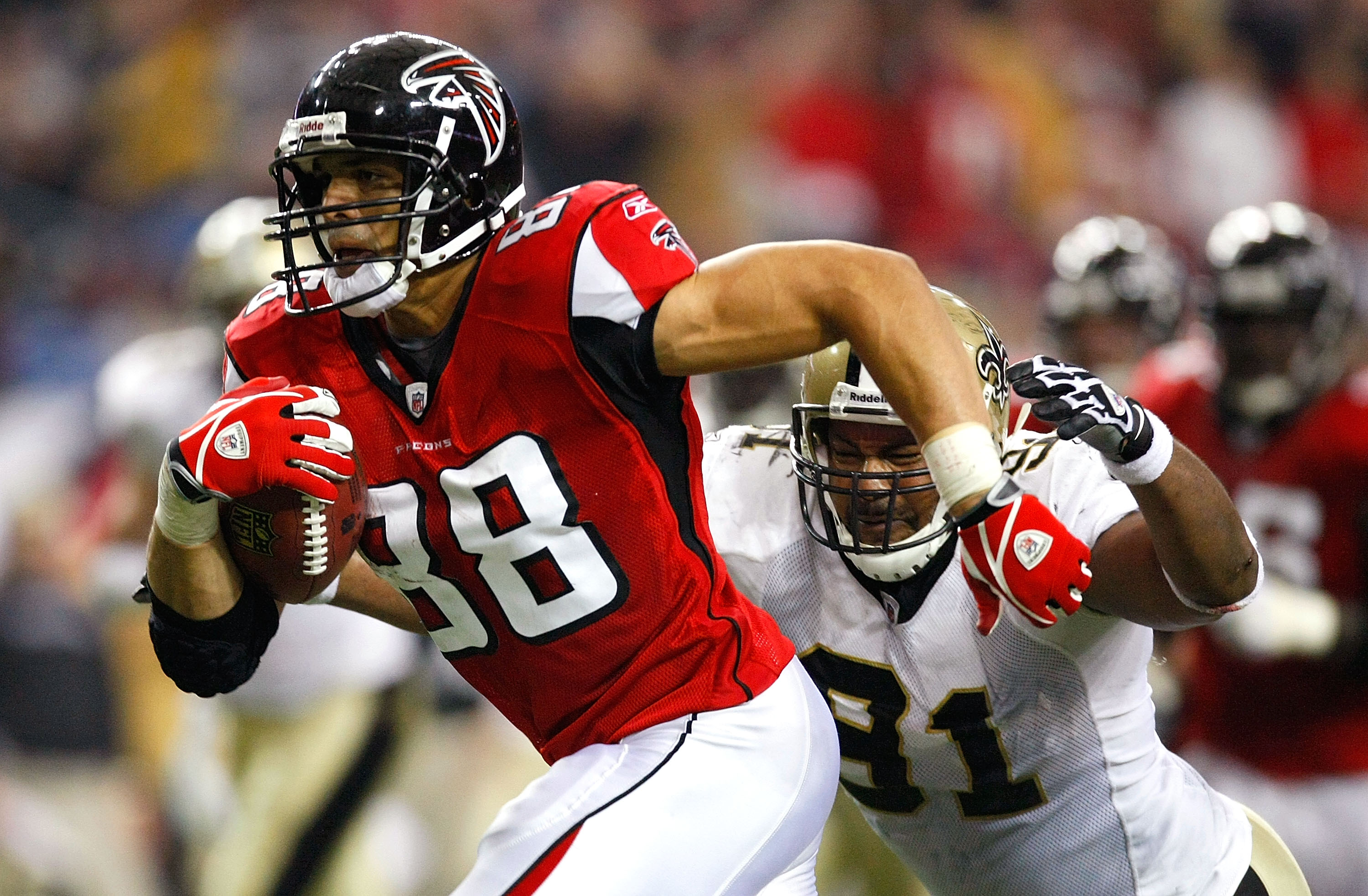 ATLANTA - DECEMBER 13:  Tony Gonzalez #88 of the Atlanta Falcons runs for yards after the catch against Will Smith #91 of the New Orleans Saints at Georgia Dome on December 13, 2009 in Atlanta, Georgia. The Saints won 26-23. (Photo by Kevin C. Cox/Getty I