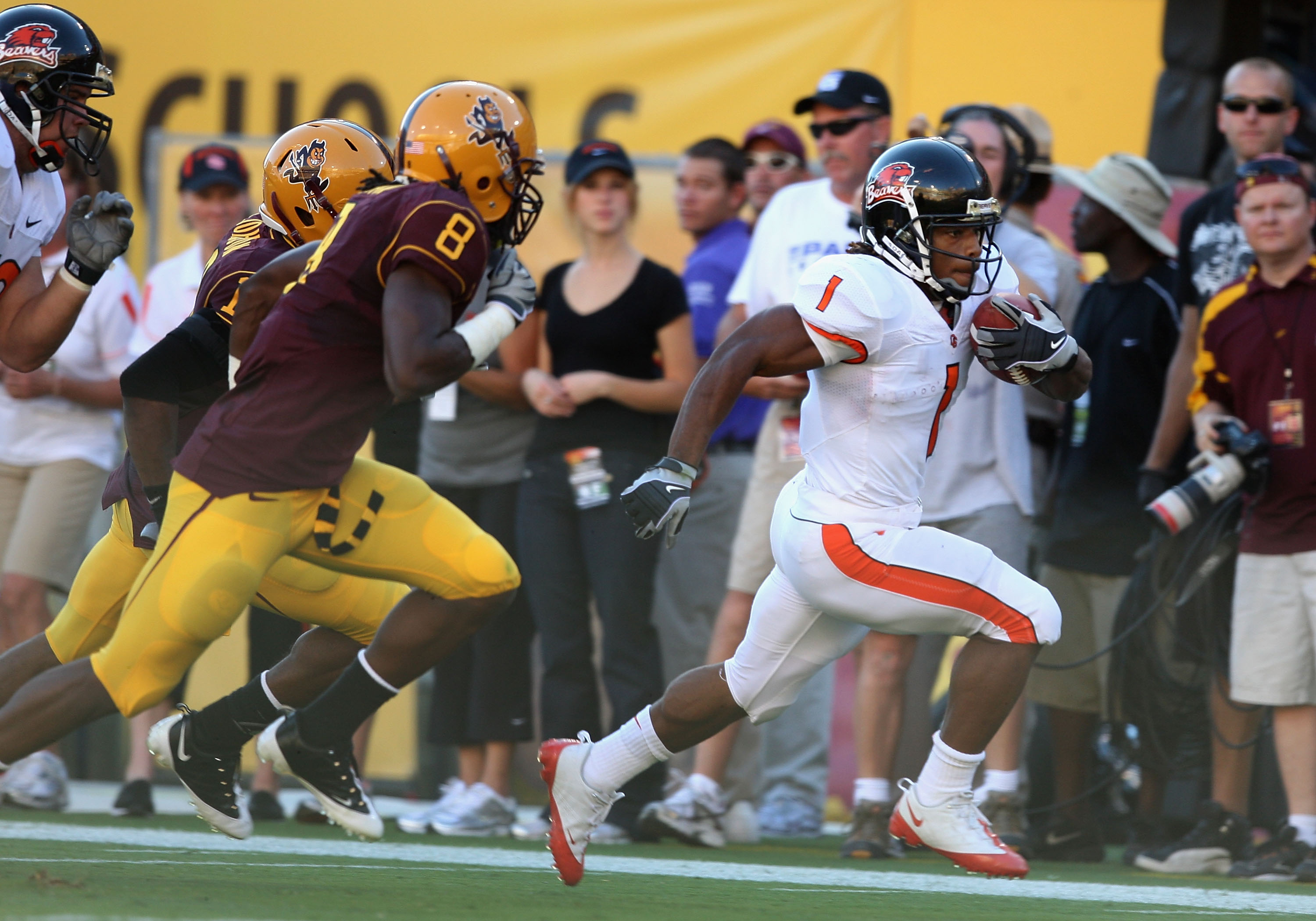 TEMPE, AZ - OCTOBER 03:  Runningback Jacquizz Rodgers #1 of the Oregon State Beavers rushes the ball for a 32 yard touchdown against the Arizona State Sun Devils during the first quarter of the college football game at Sun Devil Stadium on October 3, 2009