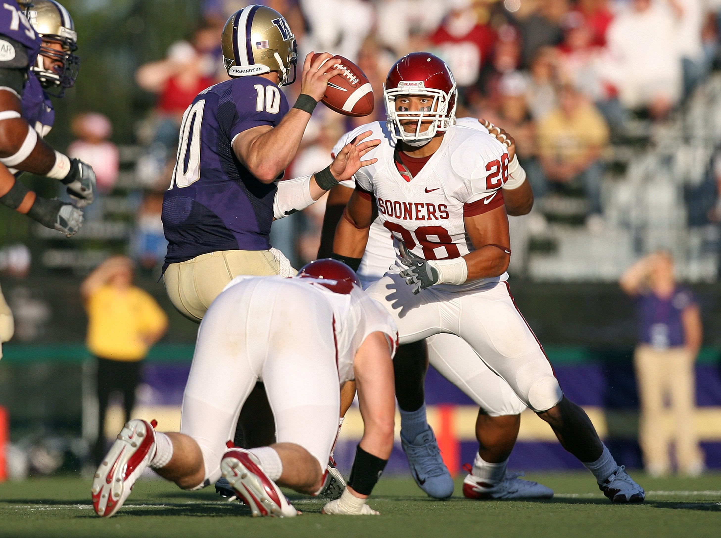 SEATTLE - SEPTEMBER 13:  Travis Lewis #28 of the Oklahoma Sooners defends the pass play during the game against the Washington Huskies on September 13, 2008 at Husky Stadium in Seattle, Washington. The Sooners defeated the Huskies 55-14.(Photo by Otto Gre