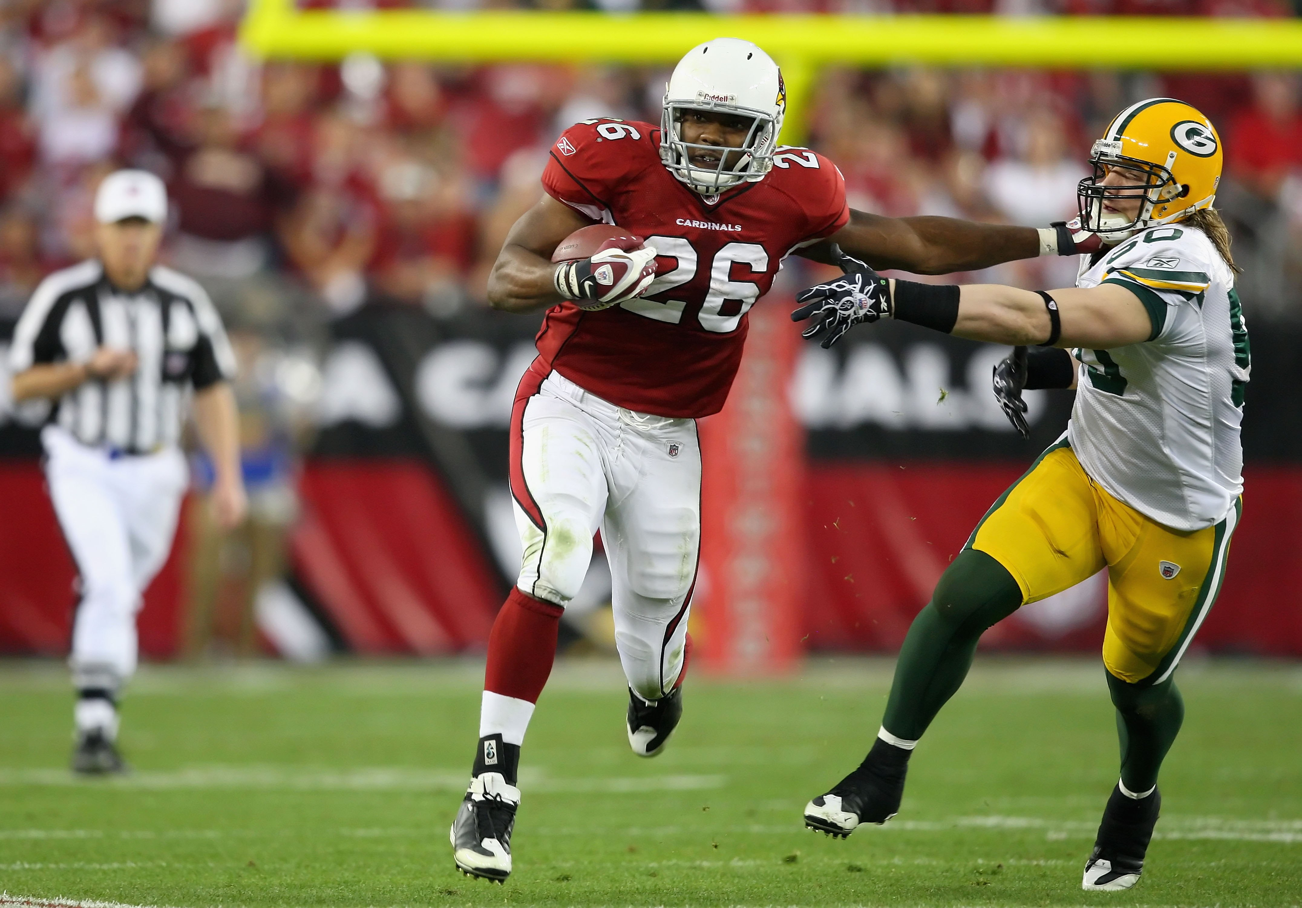GLENDALE, AZ - JANUARY 10:  Runningback Beanie Wells #26 of the Arizona Cardinals rushes the football during the 2010 NFC wild-card playoff game against  the Green Bay Packers at the Universtity of Phoenix Stadium on January 10, 2010 in Glendale, Arizona.