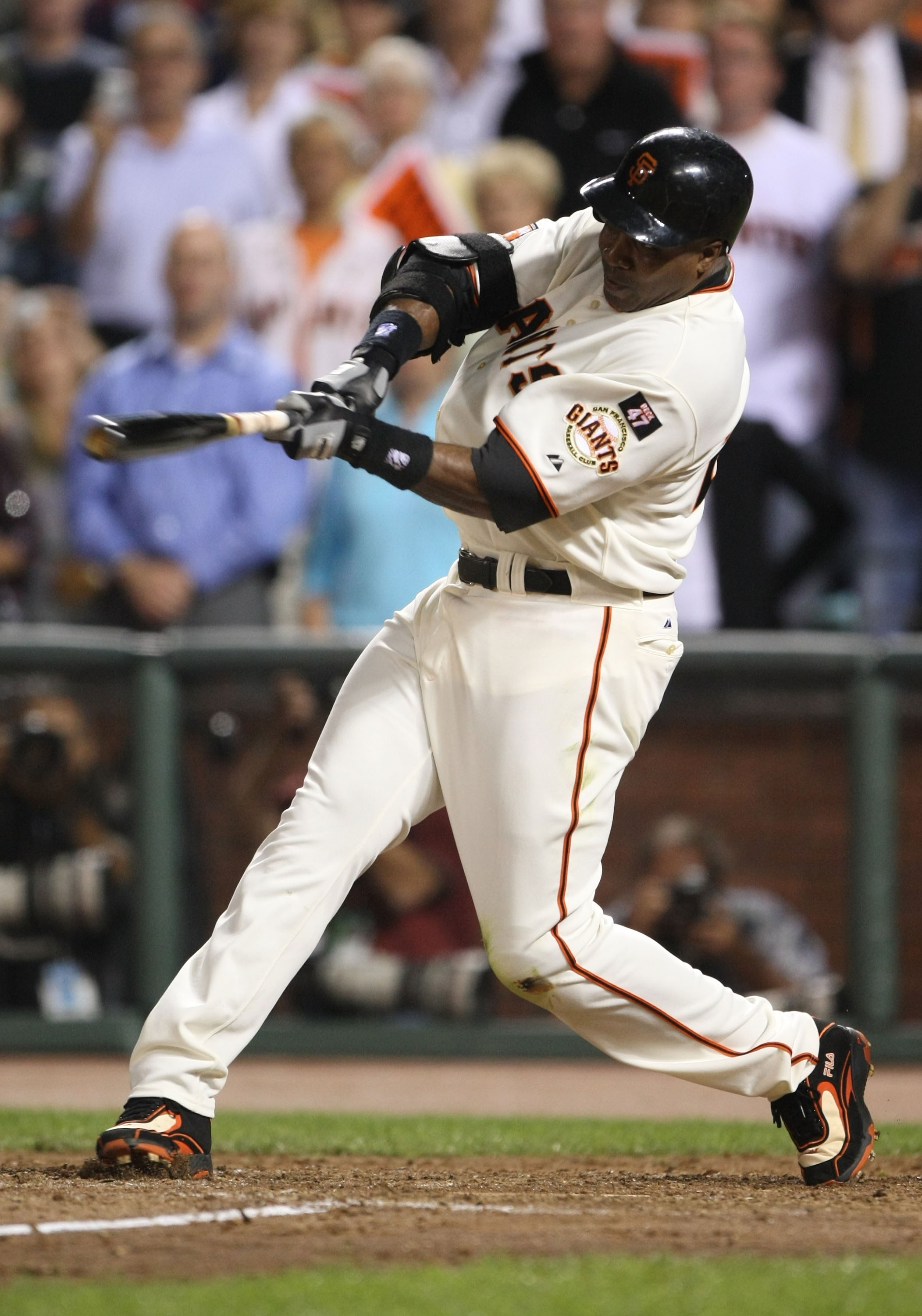 SAN FRANCISCO - SEPTEMBER 26:  Barry Bonds #25 of the San Francisco Giants flies out during his final home at bat as a Giant against the San Diego Padres during a Major League Baseball game on September 26, 2007 at AT&T Park in San Francisco, California.