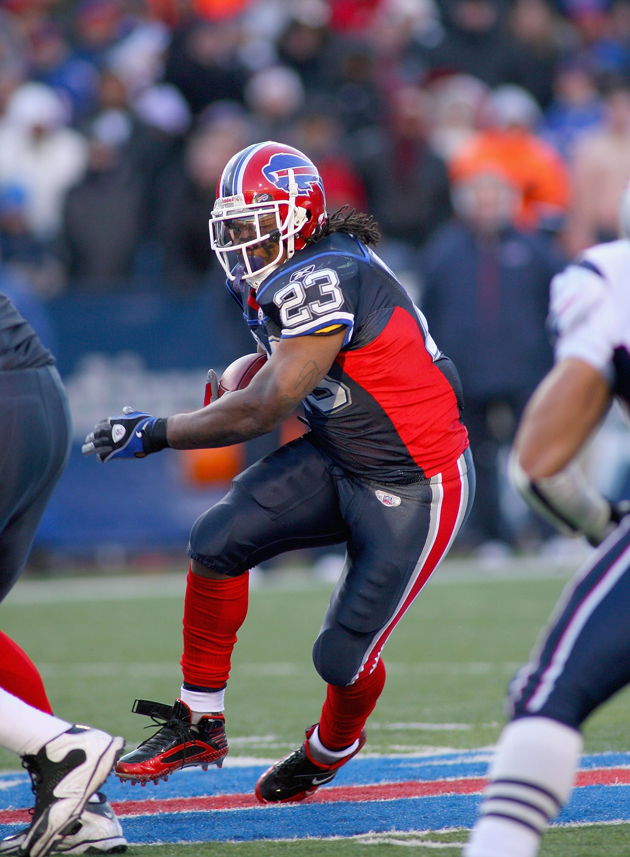 ORCHARD PARK, NY - DECEMBER 20: Marshawn Lynch #23  of the Buffalo Bills runs against the New England Patriots at Ralph Wilson Stadium on December 20, 2009 in Orchard Park, New York. The Patriots won 17-10. (Photo by Rick Stewart/Getty Images)