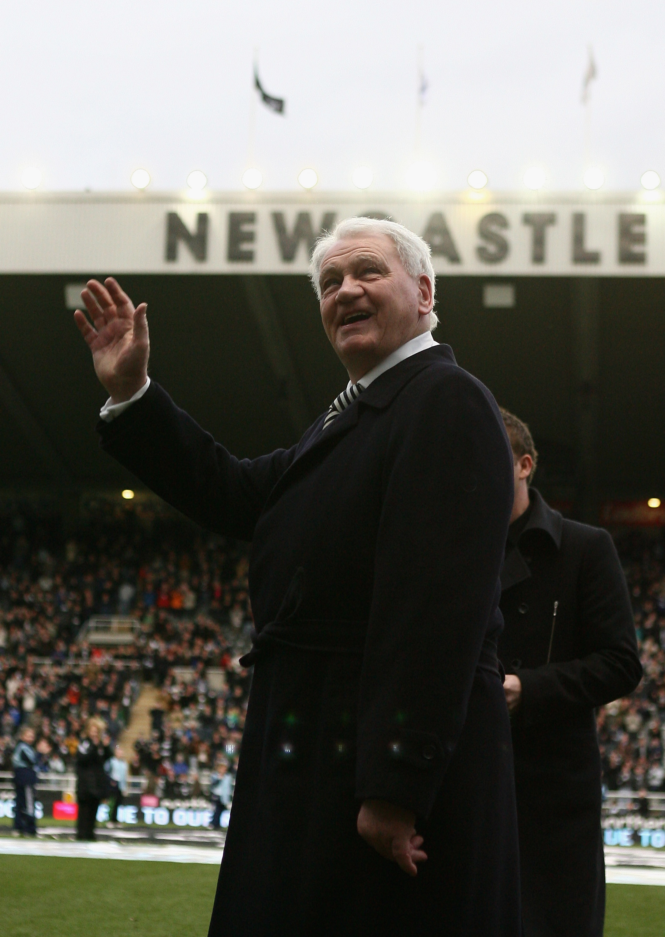 NEWCASTLE, UNITED KINGDOM - FEBRUARY 23:  Former Newcastle united Manager Bobby Robson acknowledges the crowd prior to the Barclays Premier League match between Newcastle United and Manchester United at St James' Park on February 23, 2008 in Newcastle, En
