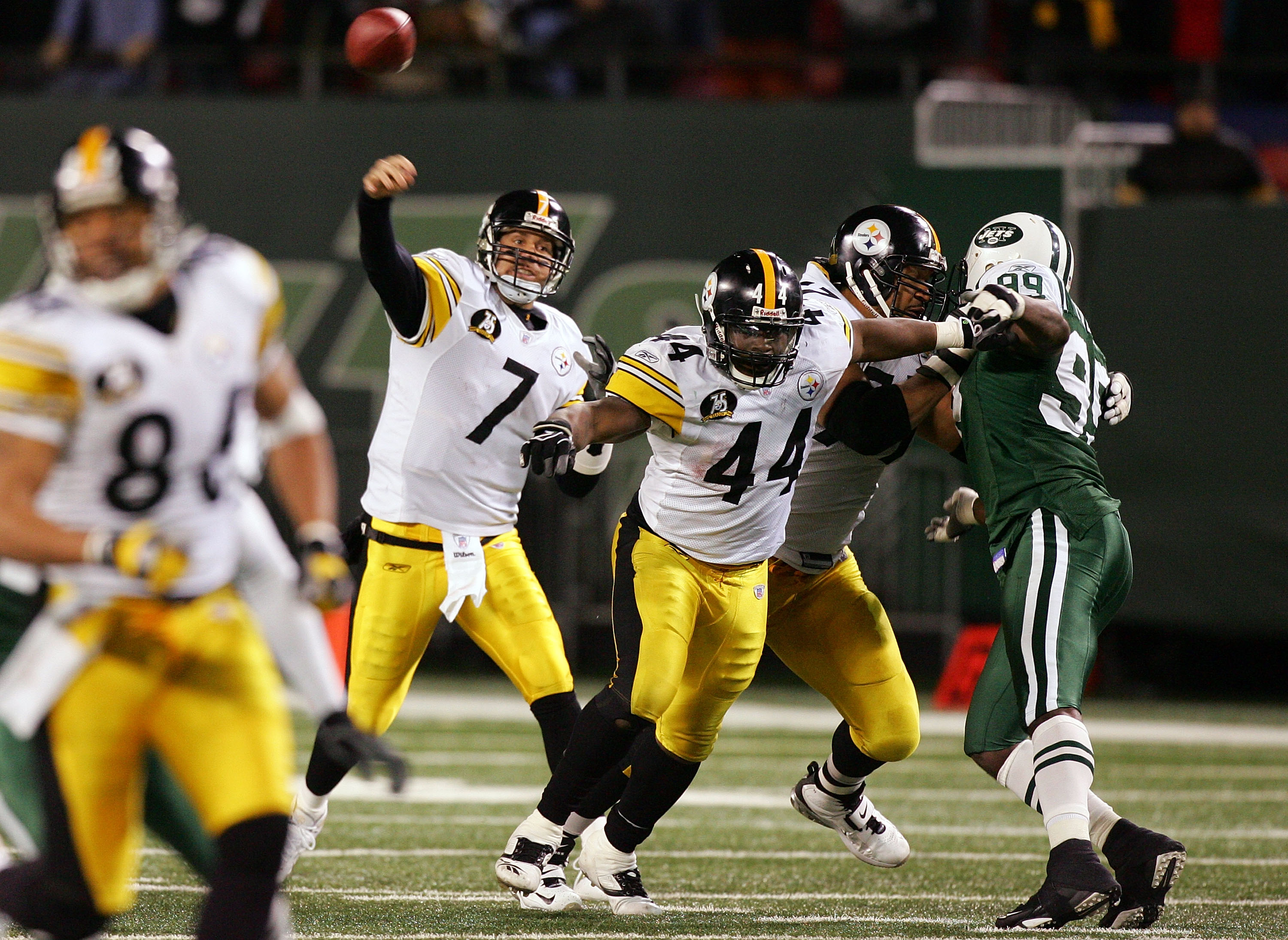 EAST RUTHERFORD, NJ - NOVEMBER 18:  Ben Roethlisberger #7 of the Pittsburgh Steelers throws a pass against the New York Jets at Giants Stadium November 18, 2007 in East Rutherford, New Jersey.  (Photo by Jim McIsaac/Getty Images)