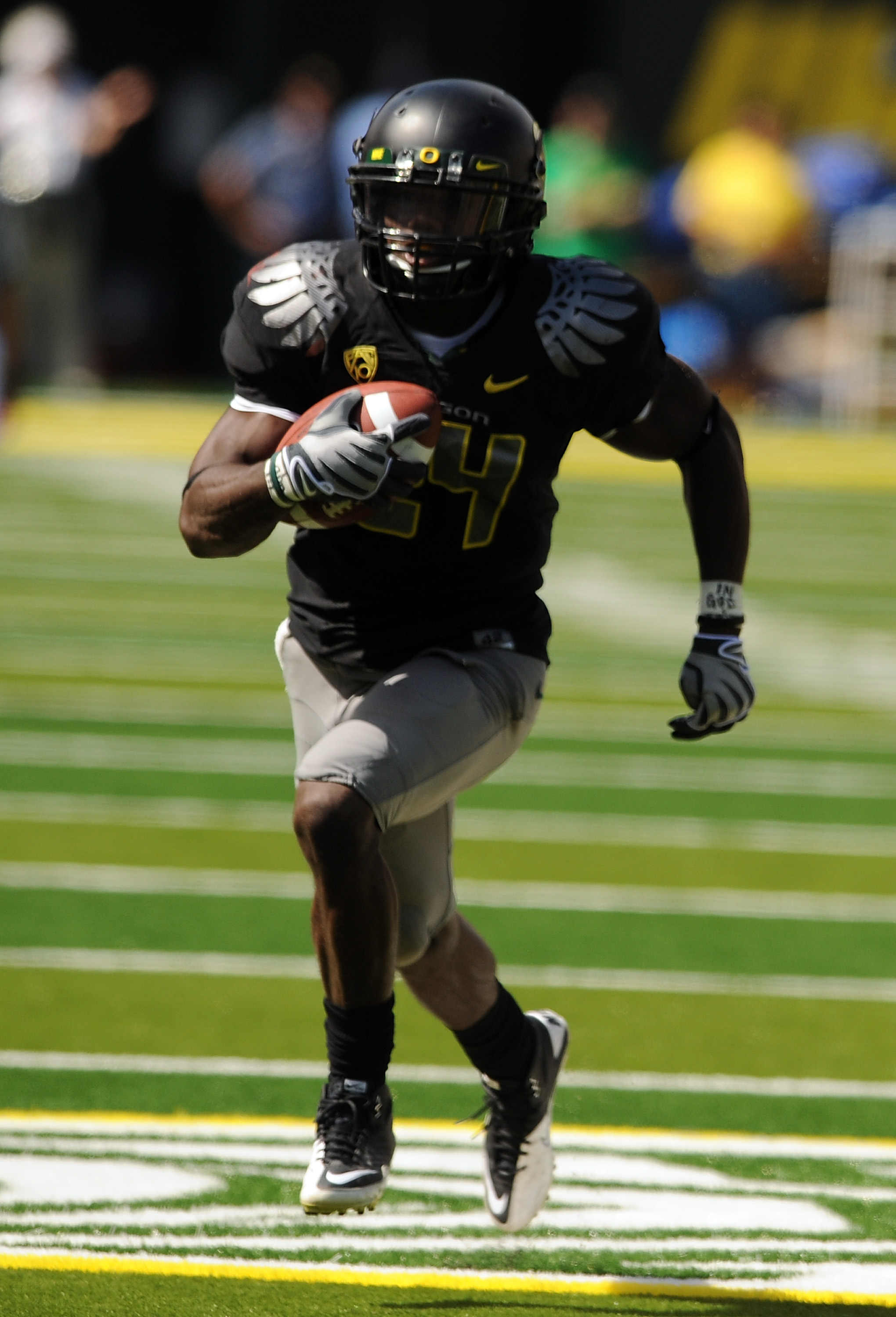 EUGENE, OR - SEPTEMBER 04: Running back Kenjon Barner #24 of the Oregon Ducks heads for the endzone and a touchdown in the second quarter of the game against the New Mexico Lobos at Autzen Stadium on September 4, 2010 in Eugene, Oregon. Barner had 225 tot