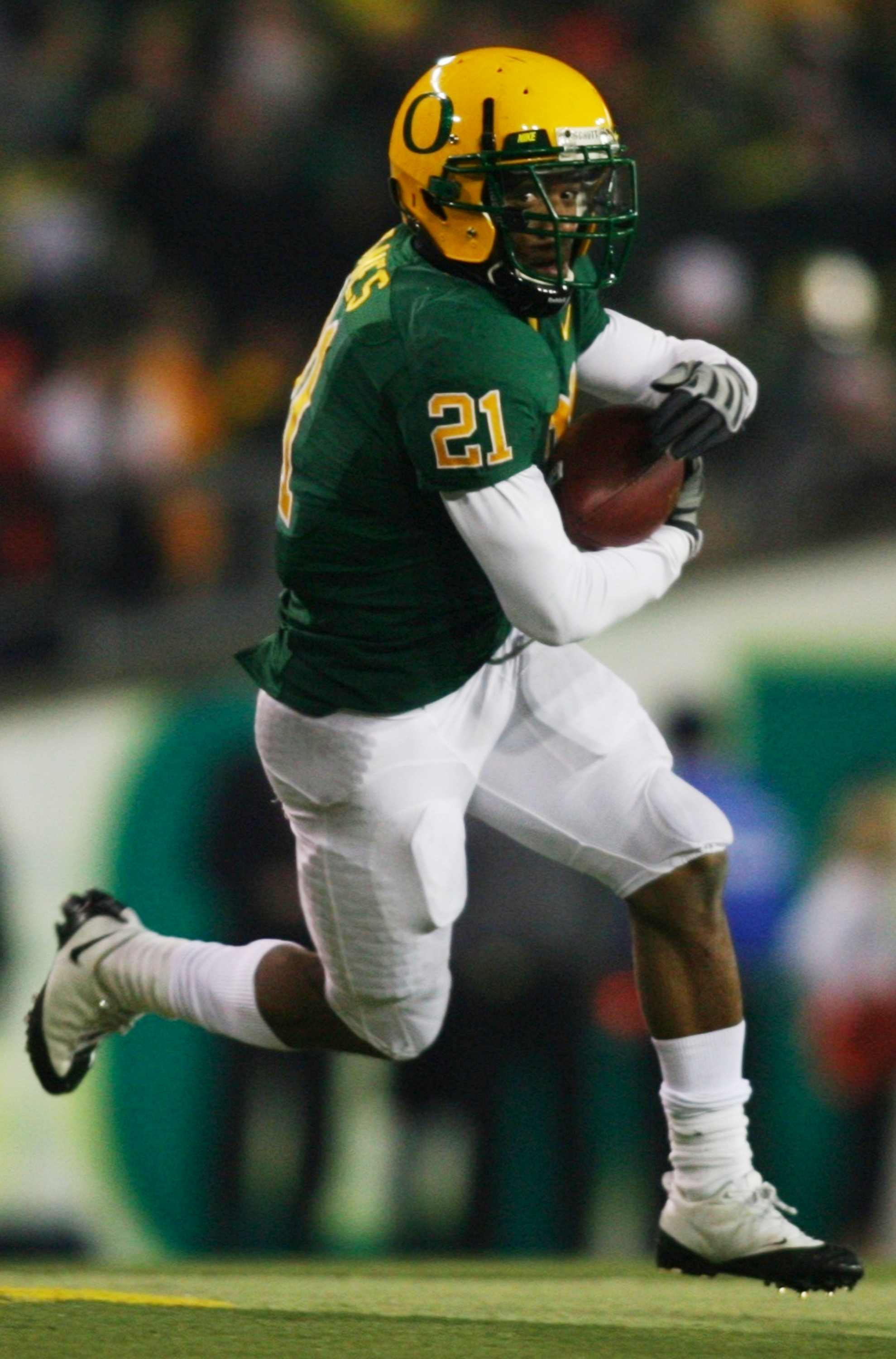 EUGENE,OR - DECEMBER 03:  LaMichael James #21 of the Oregon Ducks runs with the ball against the Oregon State Beavers at Autzen Stadium on December 3, 2009 in Eugene, Oregon. (Photo by Tom Hauck/Getty Images)