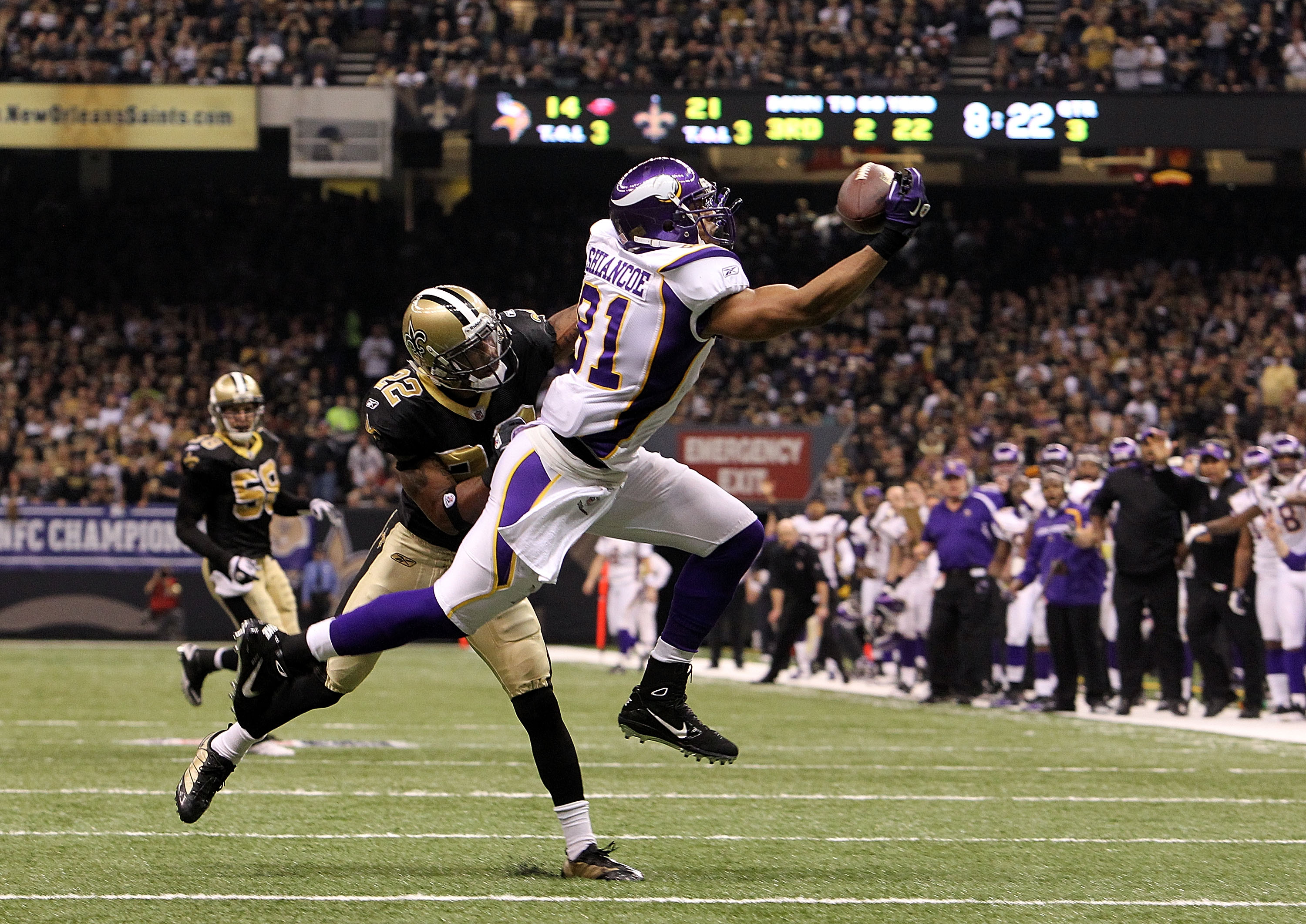 NEW ORLEANS - JANUARY 24:  Visanthe Shiancoe #81 of the Minnesota Vikings makes a one handed catch against Tracy Porter #22 of the New Orleans Saints during the NFC Championship Game at the Louisiana Superdome on January 24, 2010 in New Orleans, Louisiana