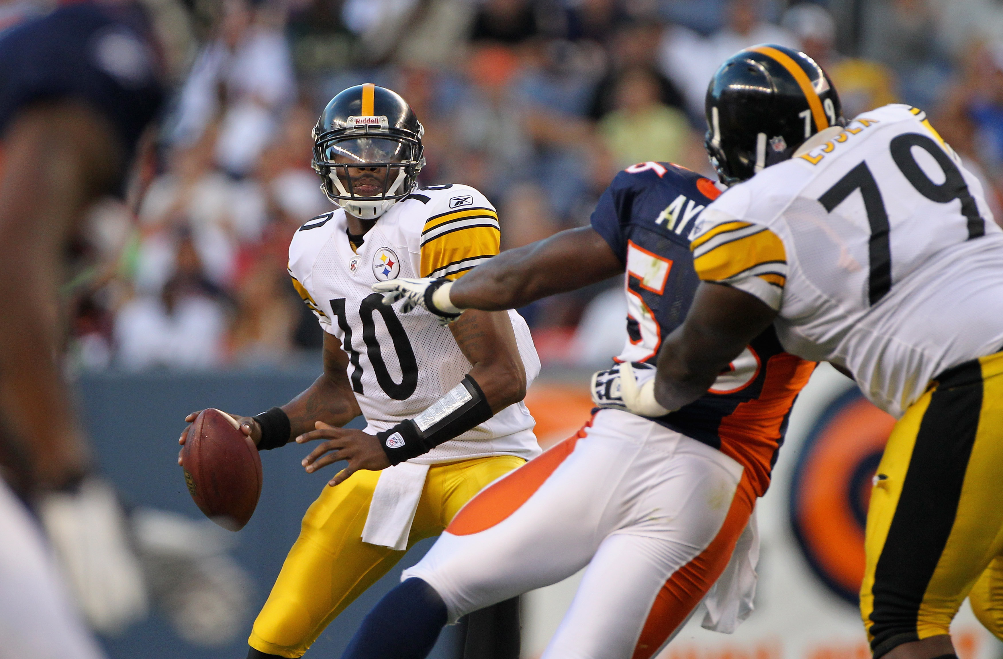 DENVER - AUGUST 29:  Quarterback Dennis Dixon #10 of the Pittsburgh Steelers looks for a recevier against the Denver Broncos during preseason NFL action at INVESCO Field at Mile High on August 29, 2010 in Denver, Colorado.  (Photo by Doug Pensinger/Getty