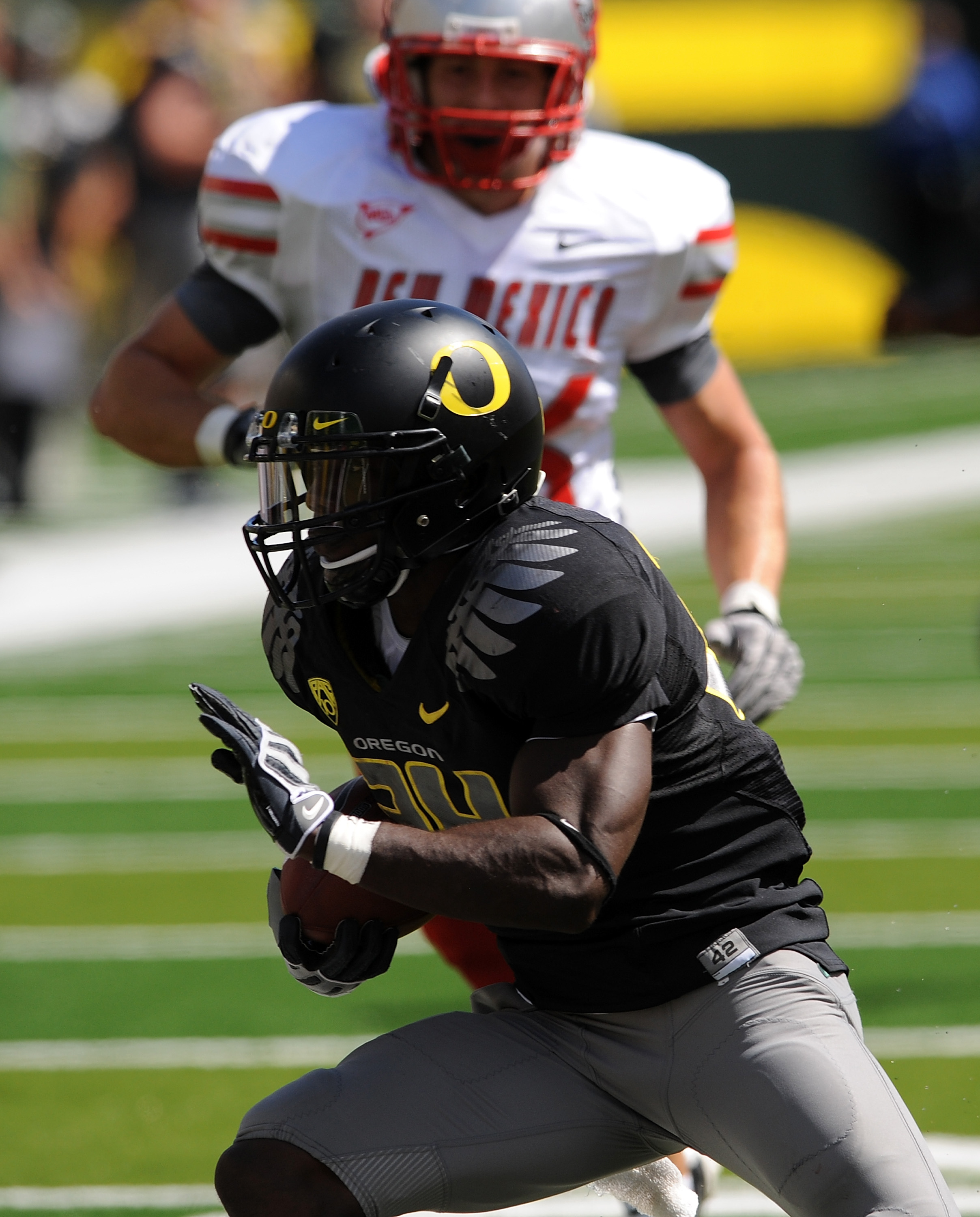 EUGENE, OR - SEPTEMBER 04: Running back Kenjon Barner #24 of the Oregon Ducks heads for the endzone and a touchdown in the first quarter of the game against the New Mexico Lobos at Autzen Stadium on September 4, 2010 in Eugene, Oregon. Barner had 225 tota