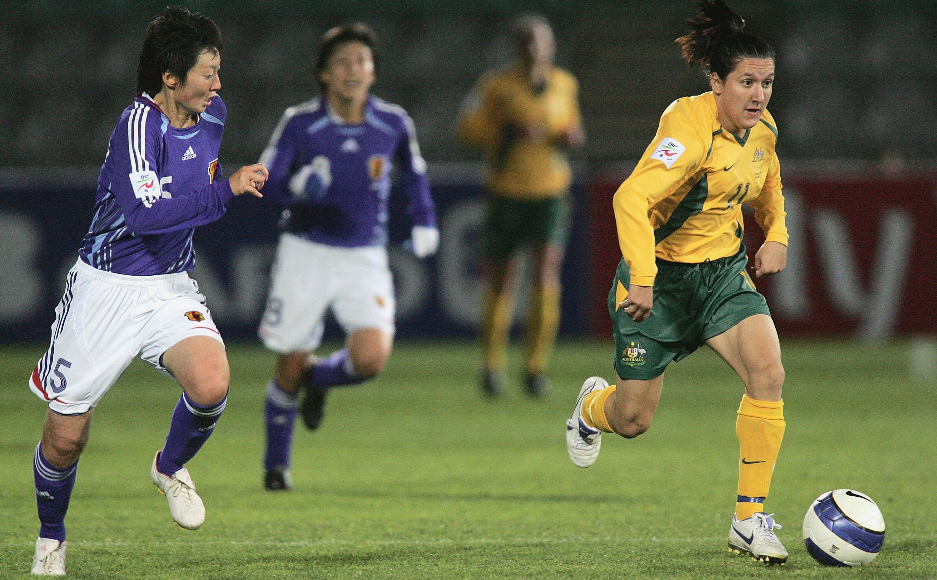 ADELAIDE, AUSTRALIA - JULY 27:  Lisa De Vanna of Australia in action during the AFC Womens Asian Cup Semi Final match between Japan and Australia at Hindmarsh Stadium July 27, 2006 in Adelaide, Australia.  (Photo by James Knowler/Getty Images)