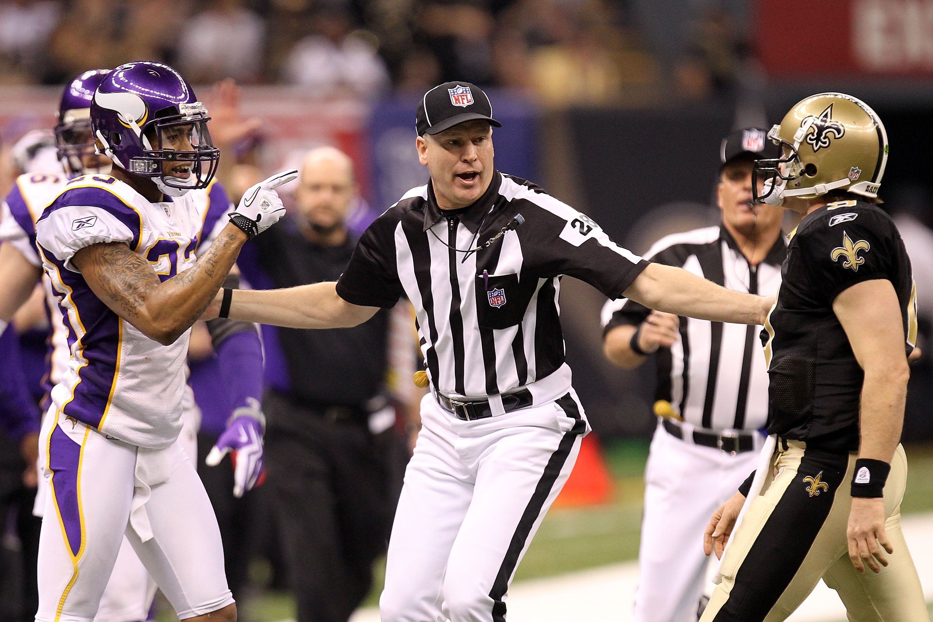 NEW ORLEANS - JANUARY 24  Head linesman Mark Hittner seperates Drew Brees   9 of 74a332749
