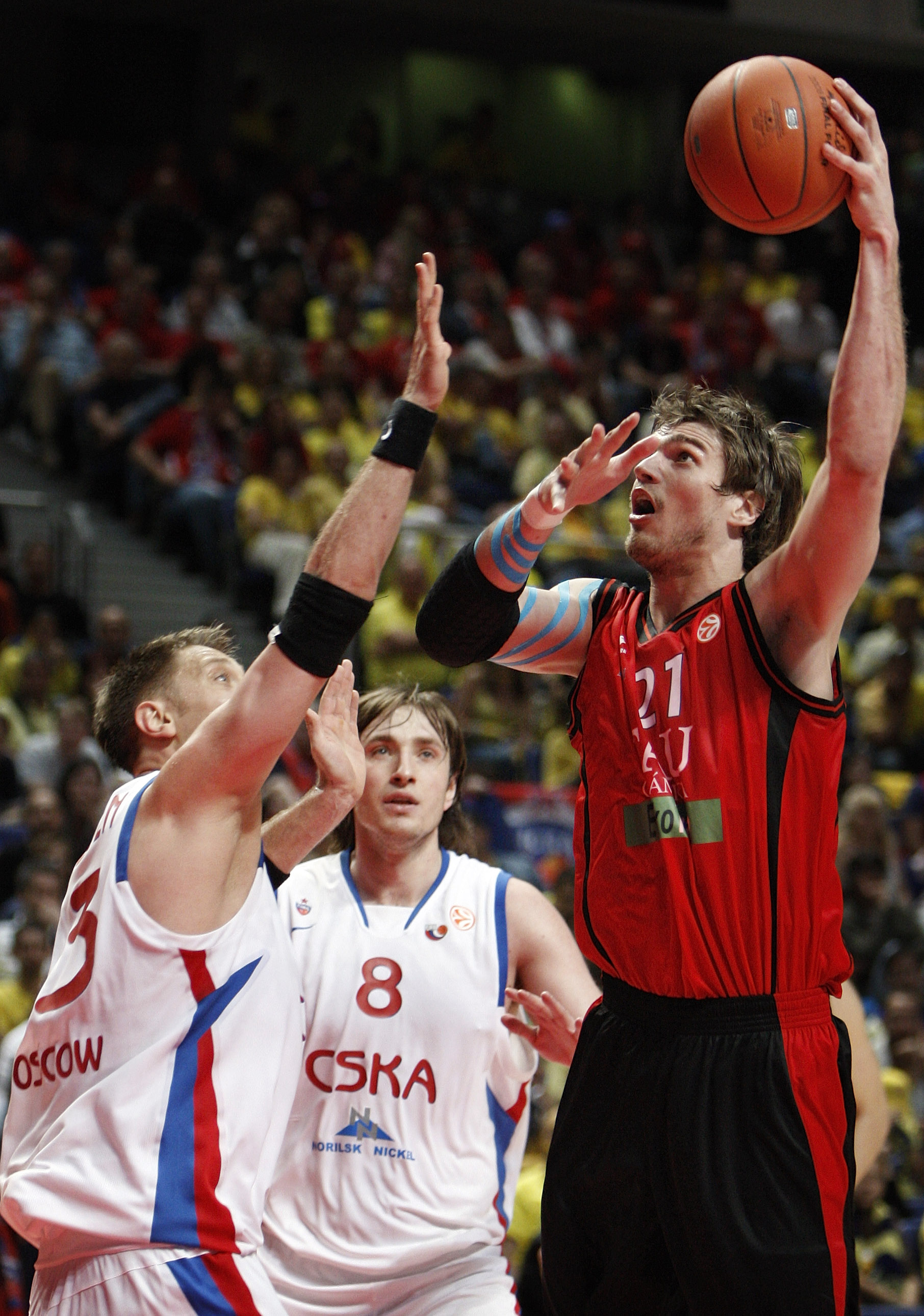 MADRID, SPAIN - MAY 02:   David Andersen (L) and Matjaz Smodis (C) of CSKA Moscow try to block Tiago Splitter (R) of Tau Ceramica during the Euroleague Final Four Semi Final basketball match between Tau Ceramica and CSKA Moscow at the Palacio de Deportes