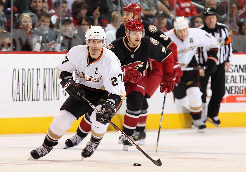 ee998654404 GLENDALE, AZ - MARCH 06: Scott Niedermayer #27 of the Anaheim Ducks skates