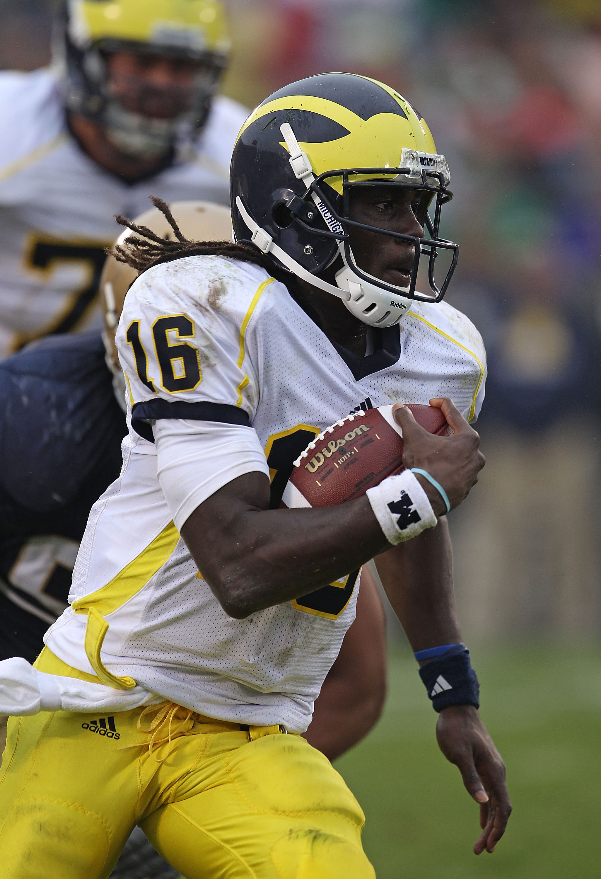 SOUTH BEND, IN - SEPTEMBER 11: Denard Robinson #16 of the Michigan Wolverines takes off on an 87 yard touchdown run against the Notre Dame Fighting Irish at Notre Dame Stadium on September 11, 2010 in South Bend, Indiana. (Photo by Jonathan Daniel/Getty I
