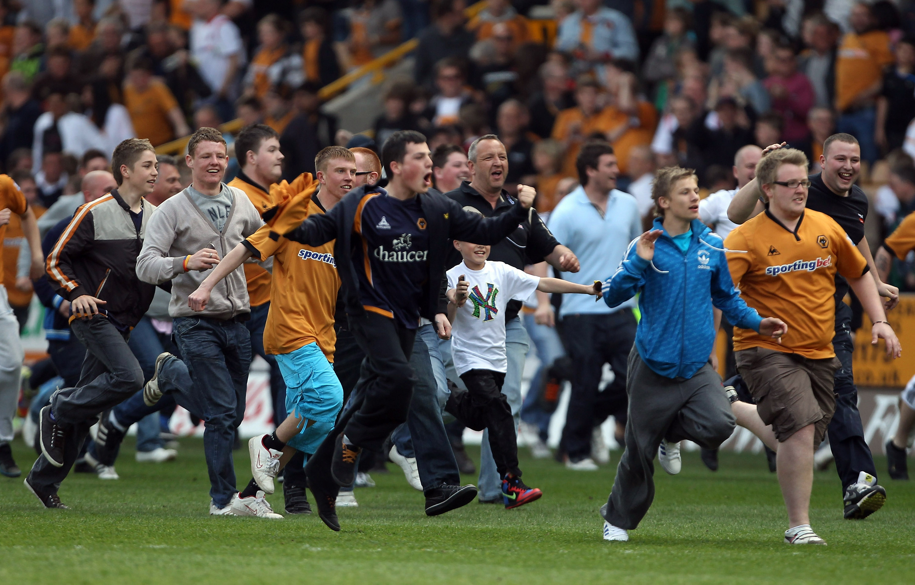 WOLVERHAMPTON, ENGLAND - APRIL 24:  Fans storm the pitch after the Barclays Premier League match between Wolverhampton Wanderers and Blackburn Rovers at Molineux on April 24, 2010 in Wolverhampton, England.  (Photo by Ian Walton/Getty Images)