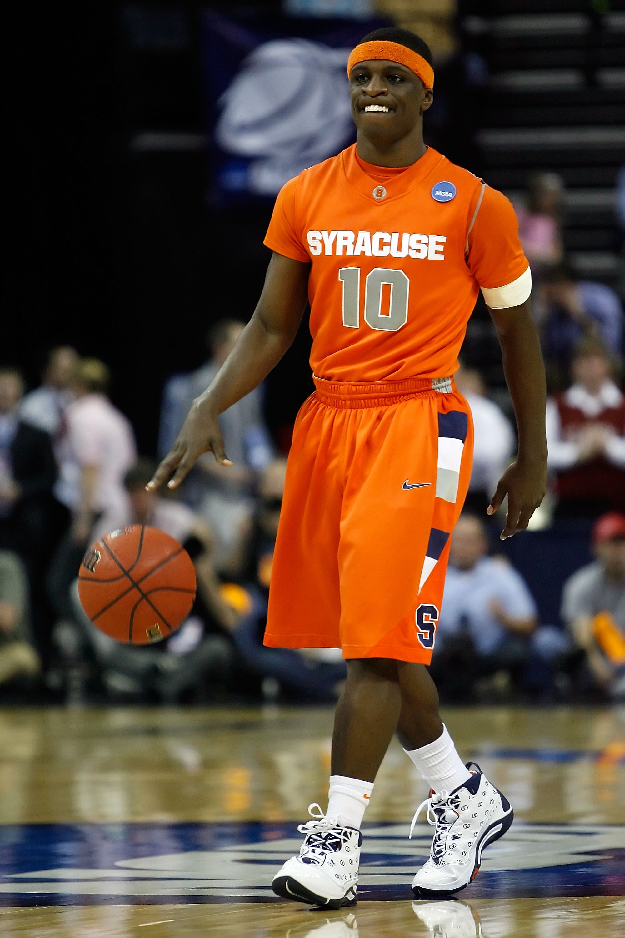 MEMPHIS, TN - MARCH 27:  Jonny Flynn #10 of the Syracuse Orange moves the ball against the Oklahoma Sooners during the NCAA Men's Basketball Tournament South Regionals at the FedExForum on March 27, 2009 in Memphis, Tennessee.  (Photo by Joe Murphy/Getty