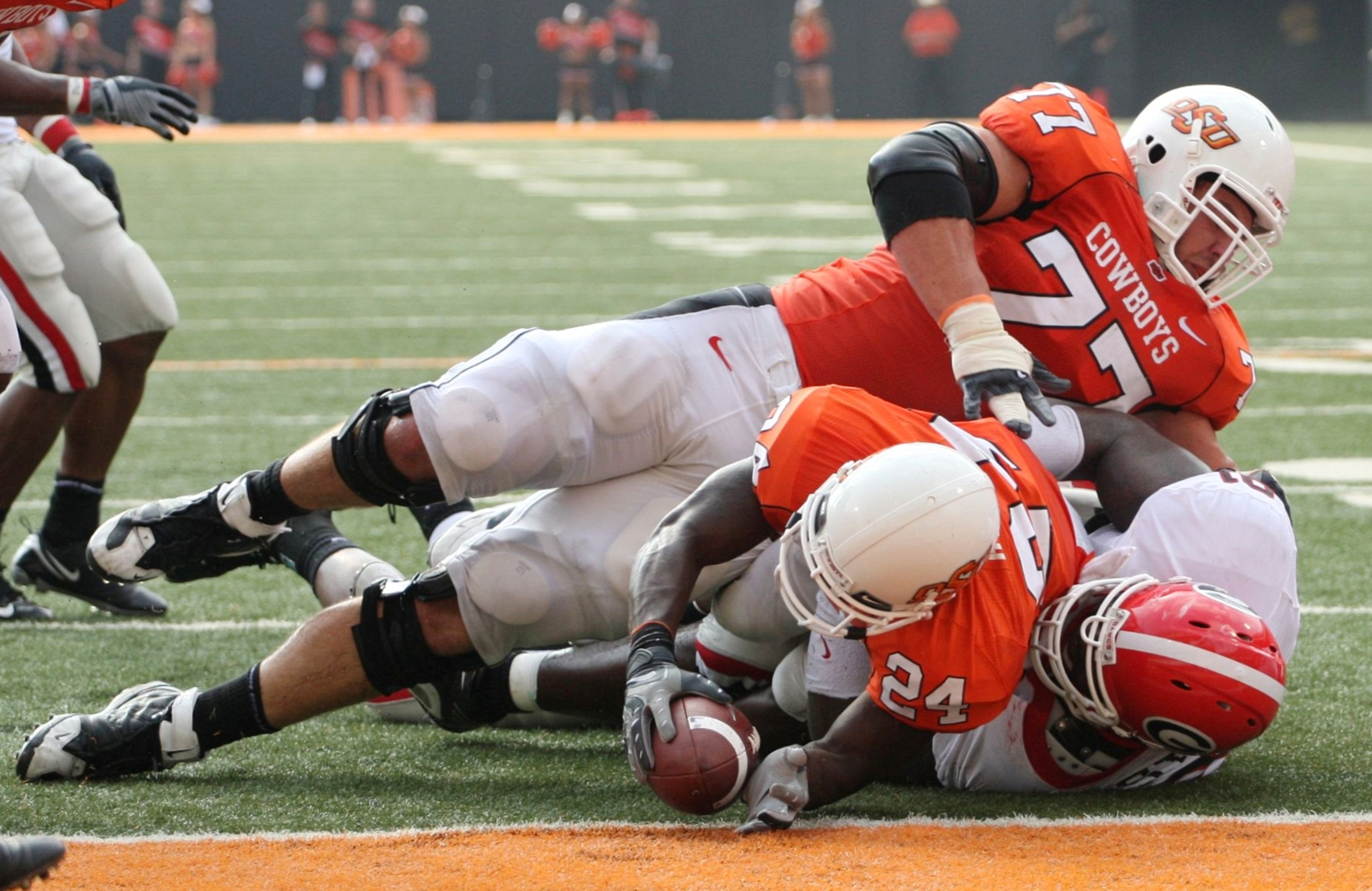 Kendall Hunter stretching for the end zone