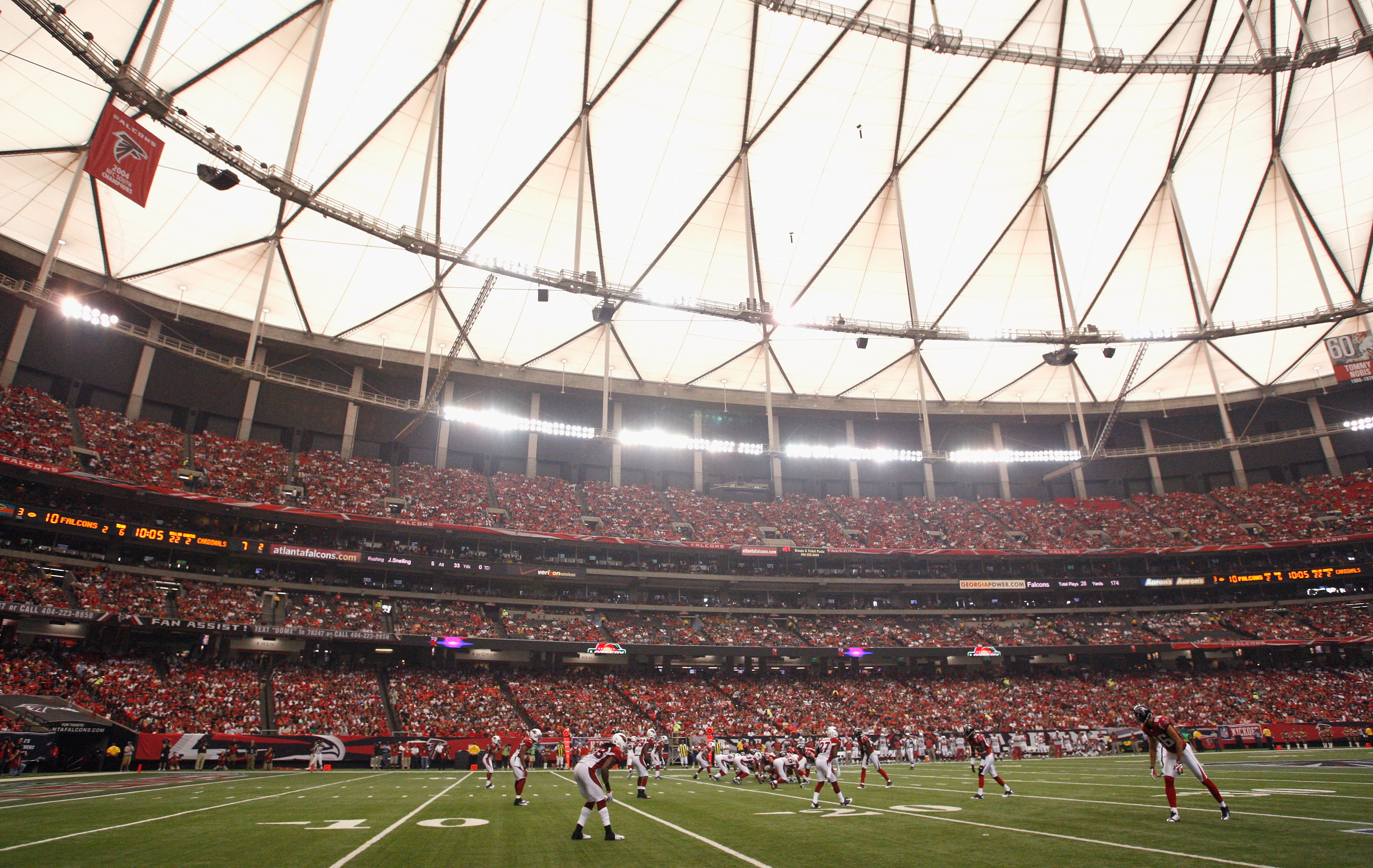 ATLANTA - SEPTEMBER 19:  The offense of the Atlanta Falcons lines up against the defense of the Arizona Cardinals at Georgia Dome on September 19, 2010 in Atlanta, Georgia.  (Photo by Kevin C. Cox/Getty Images)