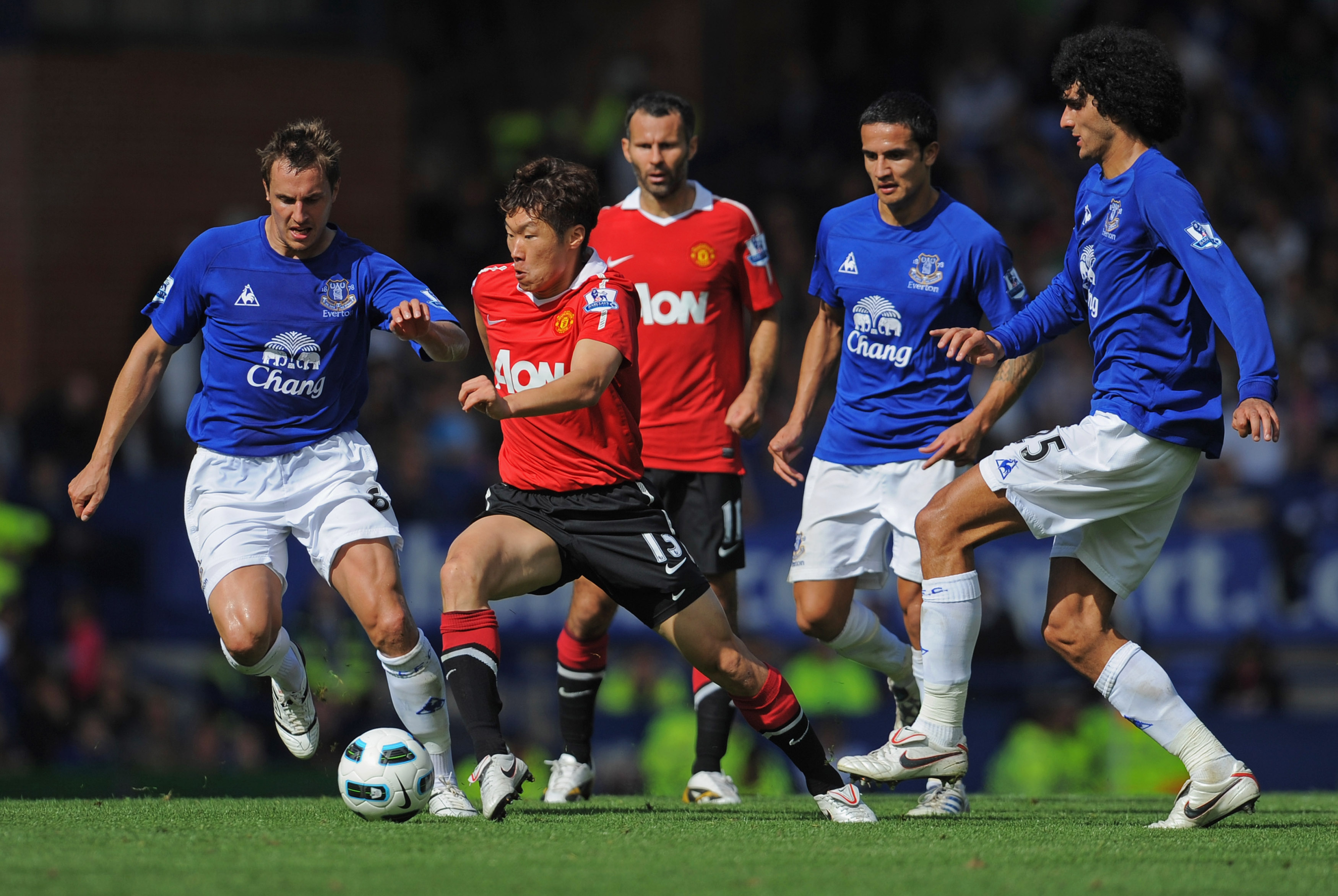 LIVERPOOL, ENGLAND - SEPTEMBER 11: Ji-Sung Park of Manchester United is pressured by Phil Jagielka, Tim Cahill and Marouane Fellaini of Everton during the Barclays Premier League match between Everton and Manchester United at Goodison Park on September 11