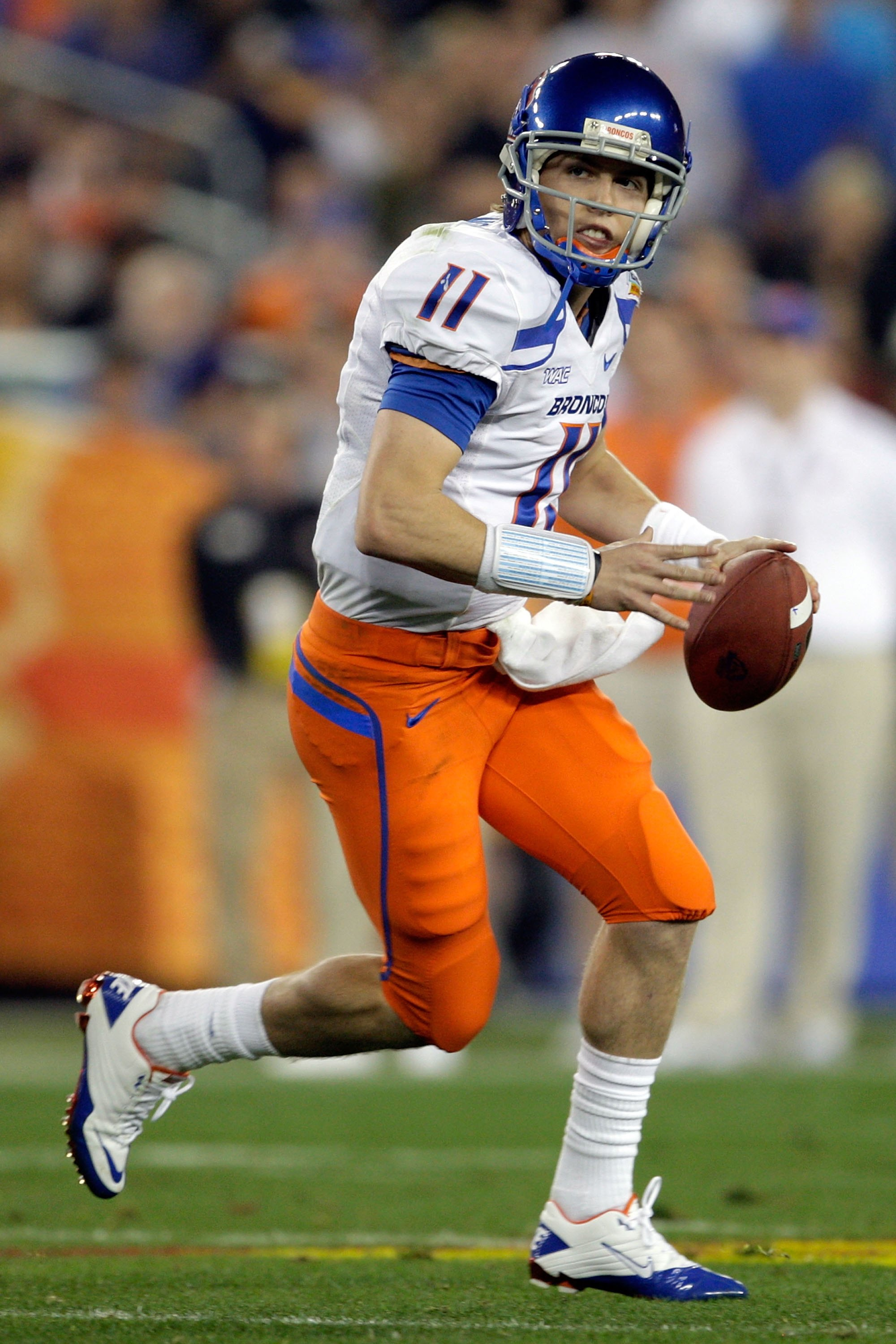 GLENDALE, AZ - JANUARY 04:  Quarterback Kellen Moore #11 of the Boise State Broncos passes the ball against the TCU Horned Frogs during the Tostitos Fiesta Bowl at the Universtity of Phoenix Stadium on January 4, 2010 in Glendale, Arizona.  (Photo by Jami