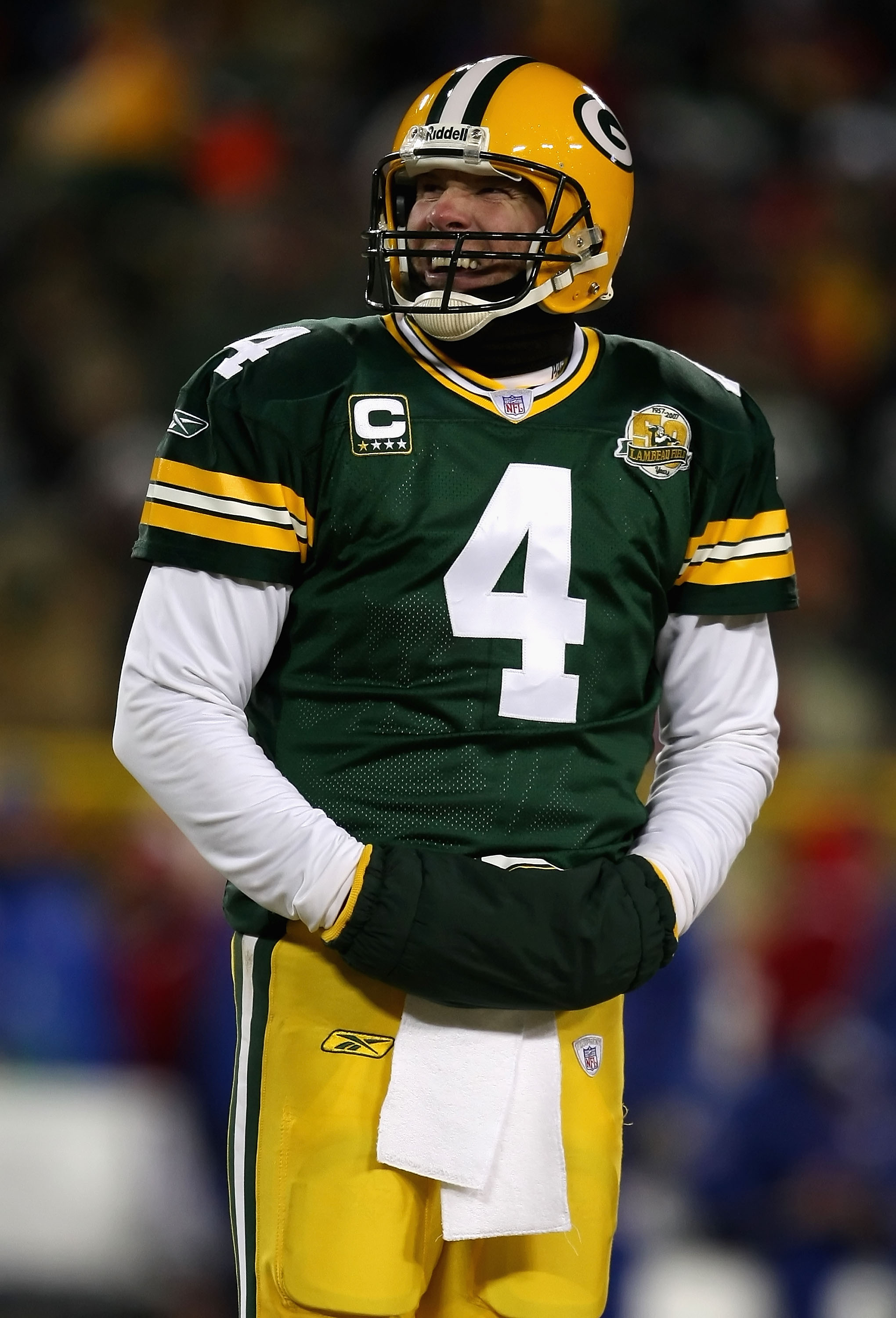 GREEN BAY, WI - JANUARY 20:  Quarterback Brett Favre #4 of the Green Bay Packers looks up to the scoreboard during the NFC championship game against the New York Giants on January 20, 2008 at Lambeau Field in Green Bay, Wisconsin.  (Photo by Jonathan Dani