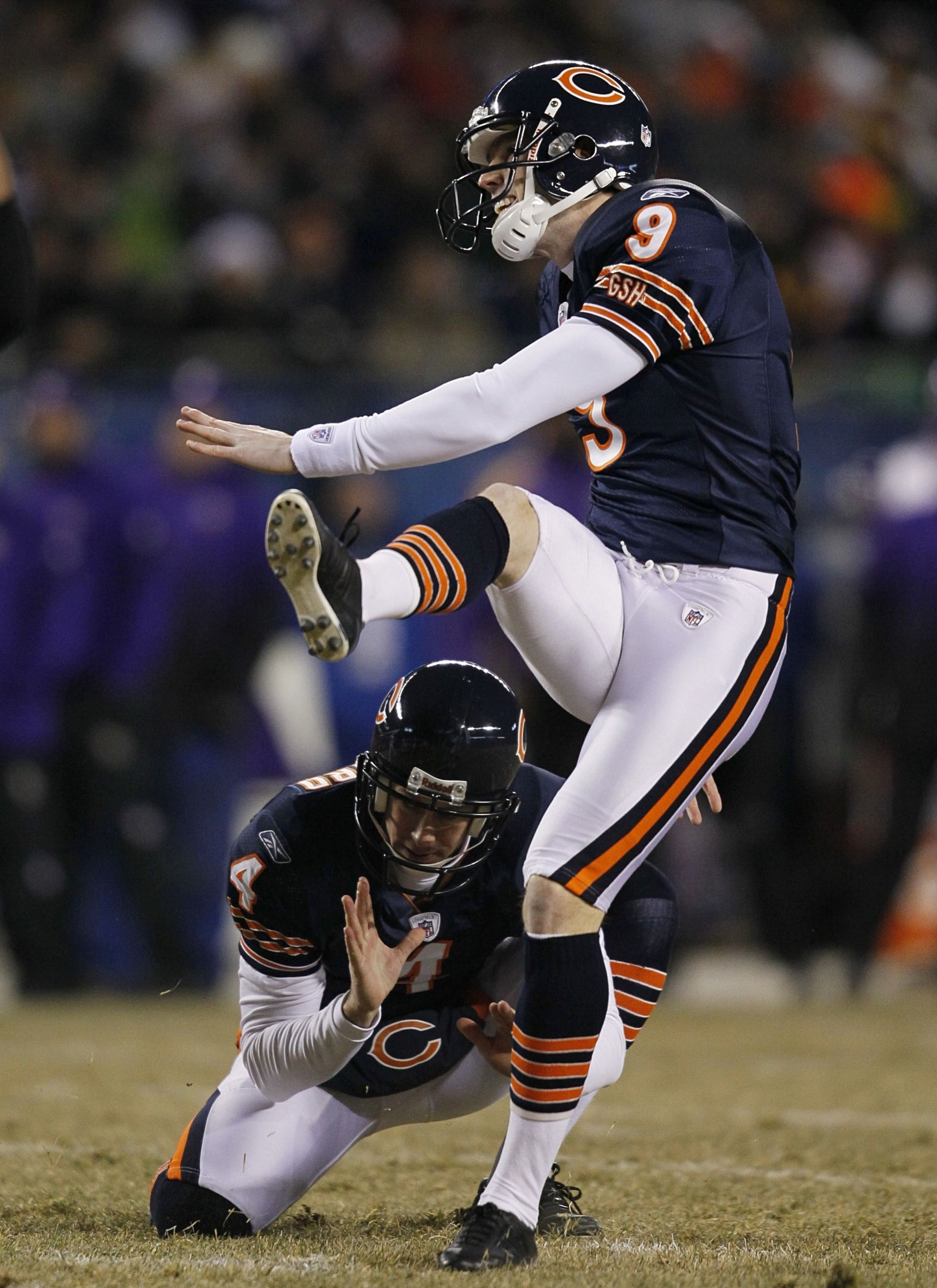 CHICAGO - DECEMBER 28:  Kicker Robbie Gould #9 of the Chicago Bears makes a field goal in the first half at Soldier Field against the Minnesota Vikings on December 28, 2009 in Chicago, Illinois. (Photo by Jonathan Daniel/Getty Images)
