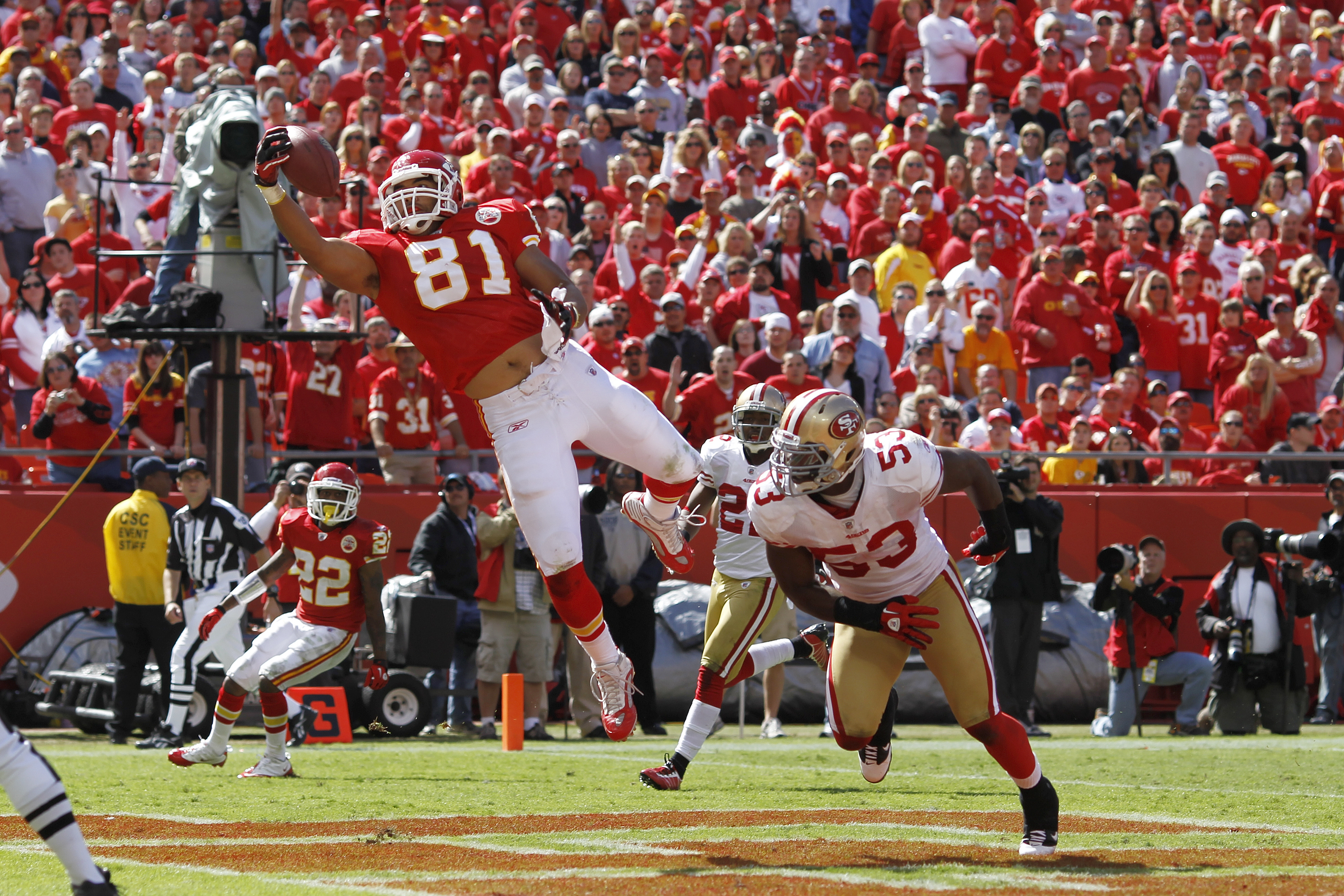 KANSAS CITY, MO - SEPTEMBER 26: Tony Moeaki #81 of the Kansas City Chiefs makes a one-handed 18-yard touchdown catch behind NaVorro Bowman #53 of the San Francisco 49ers at Arrowhead Stadium on September 26, 2010 in Kansas City, Missouri. The Chiefs won 3