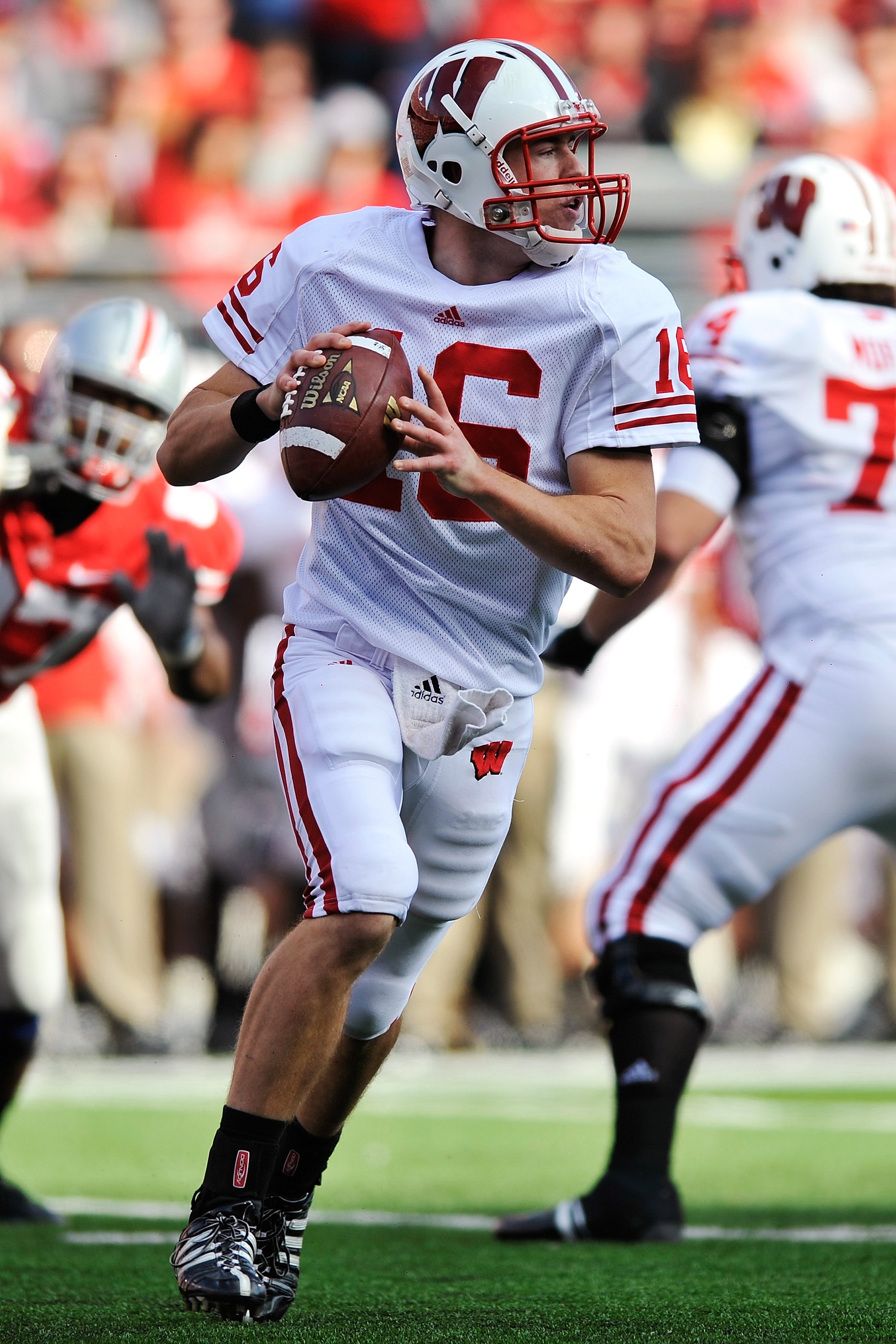 COLUMBUS, OH - OCTOBER 10:  Quarterback Scott Tolzien #16 of the Wisconsin Badgers runs with the ball against the Ohio State Buckeyes at Ohio Stadium on October 10, 2009 in Columbus, Ohio.  (Photo by Jamie Sabau/Getty Images)
